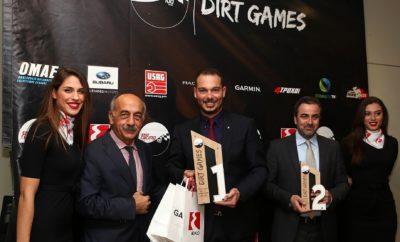 Το ΕΚΟ Racing Dirt Games έκλεισε το κεφάλαιο του 2018 με την απονομή των νικητών της χρονιάς που πέρασε, στον Ιππόδρομο Αθηνών στο Μαρκόπουλο, ενώ άνοιξε και αυτό της νέας, με ανακοινώσεις που έθεσαν τον πήχη ακόμα ψηλότερα. Ο Ιππόδρομος Αθηνών στο Μαρκόπουλο φιλοξένησε για ακόμα μία χρονιά την απονομή των διακριθέντων και πρωταγωνιστών του EKO Racing Dirt Games. Η εκδήλωση είχε κεντρικά και τιμώμενα πρόσωπα τους αγωνιζομένους, χωρίς αυτό να σημαίνει ότι δεν αναγνωρίστηκε η στήριξη χορηγών και Σωματείων που βρέθηκαν στο πλευρό του θεσμού κατά τη διάρκεια του 2018. Ανάμεσα στους καλεσμένους βρέθηκε και ο πρόεδρος της Ομοσπονδίας Μηχανοκίνητου Αθλητισμού Ελλάδος, ο κ. Δημήτρης Μιχελακάκης, ο οποίος και απηύθυνε χαιρετισμό στους παρευρισκομένους, εκφράζοντας παράλληλα την πίστη και τη στήριξή του στο θεσμό. Στη συνέχεια, και αφού απονεμήθηκε τιμητική πλακέτα σε χορηγούς και Σωματεία, τη σκυτάλη πήραν οι αγωνιζόμενοι, και συγκεκριμένα οι νικητές στις κατηγορίες των 600 κ.εκ. και των 750 κ.εκ. στις χωμάτινες φόρμουλες, όπως και σε αυτές των 1.600 και 2.000+ για τα αυτοκίνητα. Σημειώστε ότι όλοι οι διακριθέντες πήραν δωροεπιταγές από τον ονομαστικό χορηγό του θεσμού, την ΕΚΟ, αλλά και προϊόντα από τον χορηγό τεχνολογίας, την Garmin. Παράλληλα, εκτός από τους νικητές των κατηγοριών, είχαμε και δύο ξεχωριστές βραβεύσεις. Η πρώτη αφορά το EKO Racing Spirit of the Games, το οποίο και απονεμήθηκε στον Κοσμά Βαρθαλίτη. Ο οδηγός από τη Σύρο, που κατασκευάζει ο ίδιος τις χωμάτινες φόρμουλες που συμμετέχει, αντιπροσωπεύει πλήρως το πνεύμα του EKO Racing Dirt Games και τη ρομαντική πλευρά του μηχανοκίνητου αθλητισμού, κερδίζοντας και μία δωροεπιταγή από την ΕΚΟ. Παράλληλα, ο Νικόλας Χαλιβελάκης κέρδισε το βραβείο Garmin Moment of the Year, για τον τρόπο με τον οποίο αντέδρασε στον αγώνα των Μεγάρων όταν η χωμάτινη φόρμουλά του σηκώθηκε στις δύο ρόδες κινδυνεύοντας να ανατραπεί, κερδίζοντας παράλληλα και προϊόντα της Garmin. Στο τέλος της εκδήλωσης, η οργανωτική επιτροπή του ΕΚΟ Rac