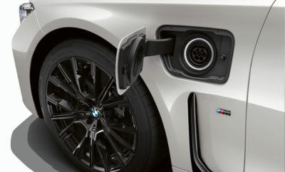 """Το περίπτερο της BMW στη φετινή Διεθνή Έκθεση Αυτοκινήτου της Γενεύης εστιάζει στη συνεχιζόμενη επέλαση μοντέλων της εταιρίας στην πολυτελή κατηγορία και στην επέκταση της γκάμας οχημάτων με ηλεκτρικά και plug-in υβριδικά συστήματα κίνησης. Λίγες μόλις εβδομάδες μετά την παγκόσμια αποκάλυψή της, η νέα, πολυτελής BMW Σειρά 7 sedan κάνει το εκθεσιακό ντεμπούτο της. Επιπλέον, ο κατασκευαστής πολυτελών αυτοκινήτων παρουσιάζει την 4η γενιά των Plug-In Υβριδικών συστημάτων κίνησης, επισημαίνοντας τη σπουδαιότητα αυτής της τεχνολογίας πέρα από τα πλήρως ηλεκτρικά οχήματα: BMW 745 e , BMW 745 Le , BMW 745 Le xDrive Σύστημα ισχύος: 290 kW/394 hp, 0-100km/h: 5,3-5,1 δευτ. ηλεκτρική αυτονομία: 50-58 km, κατανάλωση καυσίμου: 2,6–2,1 l/100 km, κατανάλωση ηλεκτρικής ενέργειας: 16,3–15,1 kWh/100 km, εκπομπές CO2 από τον κινητήρα καύσης: 52–48 g/km** BMW 330 e Sedan Σύστημα ισχύος: 185 kW/252 hp, 0-100km/h: 6,0 δευτ., ηλεκτρική αυτονομία: 60 km, κατανάλωση καυσίμου: 1,7 l/100 km, εκπομπές CO2 από τον κινητήρα καύσης: 39 g/km** BMW X 5 xDrive 45 e Σύστημα ισχύος: 290 kW/394 hp; 0-100 km/h: 5,6 δευτ., ηλεκτρική αυτονομία: 80 km, κατανάλωση καυσίμου: 2,1 l/100 km, κατανάλωση καυσίμου: 23,0 kWh/100 km, εκπομπές CO2 από τον κινητήρα καύσης: 49 g/km** (**) Όλες οι τιμές που σχετίζονται με την αυτονομία, κατανάλωση και εκπομπές ρύπων βασίζονται στην επίσημη Ευρωπαϊκή διαδικασία δοκιμών """"NEDC στο μικτό κύκλο"""" και είναι προκαταρκτικές. Μαζί με τη νέα γενιά Plug-In Υβριδικών μοντέλων, η BMW Energy Services προσφέρει πιλοτικά πακέτα δωρεάν πράσινης ηλεκτρικής ενέργειας - ένα βασικό στοιχείο των ηλεκτροκίνητων οχημάτων για το μέλλον. Τέλος, η BMW Individual M 850 i Night Sky αποτελεί μία ακόμα μοναδική παρουσία στο περίπτερο με τα εκθέματα της μάρκας στη Γενεύη. __________________________ Την έμφαση της μάρκας BMW στην πολυτελή κατηγορία ενσαρκώνει η νέα έκδοση της BMW Σειράς 7 που παρουσιάζεται στη Γενεύη. Ένα ειδικά σχεδιασμένο λογότυπο και το όνομα """"Bayerische Motoren Werke"""" γραμμένο πλήρως"""