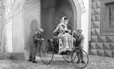 """Σήμερα είναι η Παγκόσμια Ημέρα της Γυναίκας και η Mercedes-Benz αναγνωρίζοντας το σημαντικό ρόλο που έπαιξε μία γυναίκα στη διάδοση του αυτοκινήτου δημιούργησε μία μικρού μήκους ταινία για να τιμήσει τη Bertha Benz. Tην πρώτη γυναίκα οδηγό αυτοκινήτου στην ιστορία! Σε μια εποχή που η λέξη «αυτοκίνητο» δεν υπήρχε ακόμα, η 39χρόνη τότε Bertha Benz με συνοδηγούς τους γιούς της κάλυψε 100 χιλιόμετρα, απόσταση τεράστια και ιδιαίτερα απαιτητική για τα δεδομένα της εποχής. Ταξίδεψε από την πόλη Mannheim μέχρι τη γενέτειρά της Pforzheim με μια άμαξα την οποία «κινούσαν μυστηριώδεις δυνάμεις» σύμφωνα με τα δημοσιεύματα στις εφημερίδες της εποχής, που δεν ήταν άλλες από έναν κινητήρα εσωτερικής καύσης. Με την κίνησή της αυτή, την ευρηματικότητα και το θάρρος της έστρεψε την προσοχή στην εφεύρεση του άντρα της Carl Benz και η εξέλιξη του αυτοκινήτου πήρε το δρόμο που όλοι γνωρίζουμε. Απολαύστε την μικρού μήκους ταινία """"Bertha Benz: The Journey That Changed Everything"""""""