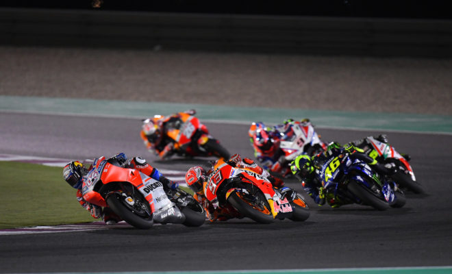 Η Michelin, ολοκλήρωσε τις χειμερινές της δοκιμές, και είναι έτοιμη για το παγκόσμιο πρωτάθλημα των MotoGP™ του 2019. Η έναρξη του πρωταθλήματος θα πραγματοποιηθεί με τον αγώνα VisitQatar Grand Prix, που ανοίγει τη σεζόν κάτω από τα ισχυρά φώτα των προβολέων, στο Losail International Circuit του Qatar. Έπειτα από τις βελτιώσεις που έγιναν στα ελαστικά το χειμώνα στο Clermont-Ferrand, στην έδρα της εταιρείας, και τις δοκιμές στην πίστα Sepang της Μαλαισίας και στην πίστα Losail του Qatar, η ομάδα της Michelin, παρουσίασε δύο νέα μείγματα γόμας στους διοργανωτές και τις ομάδες για τα slick ελαστικά της που θα είναι διαθέσιμα για την κάθε πίστα, και πλέον είναι έτοιμη για τις απαιτήσεις των 19 αγώνων της φετινής χρονιάς. Είναι πλέον καθιερωμένο ότι η πίστα του Qatar αποτελεί την έδρα του πρώτου αγώνα Grand Prix της σεζόν των MotoGP. Επίσης, αποτελεί τον μοναδικό νυχτερινό αγώνα του προγράμματος των MotoG, γεγονός που δίνει ένα ξεχωριστό χαρακτήρα σε αυτόν τον αγώνα. Η άμμος της ερήμου που έρχεται στην πίστα με τον αέρα, μπορεί να αλλάξει την πρόσφυση και να προκαλέσει εξαιρετική φθορά στα ελαστικά. Το απόγευμα και ιδιαίτερα μετά τη δύση του ηλίου, η θερμοκρασία της επιφάνειας της ασφάλτου αρχίζει να πέφτει με αποτέλεσμα η πίστα να γίνεται ολισθηρή και να μειώνεται η πρόσφυση. Παρόλα αυτά, η Michelin έχει εξαιρετική σχέση με τη συγκεκριμένη πίστα από τότε που επέστρεψε στα MotoGP το 2016, και έχει σημειώσει ρεκόρ ταχύτερου γύρου και αγώνα στην πίστα των 5.380μ. Η γκάμα των slick ελαστικών, που θα είναι διαθέσιμη για τον αγώνα του Σαββατοκύριακου, παραμένει όμοια με τις περασμένες χρονιές, έχοντας μαλακό (λευκή λωρίδα), μεσαίο (χωρίς ένδειξη) και σκληρό (κίτρινη λωρίδα) μείγμα γόμας για τον εμπρός και πίσω τροχό. Για την πίστα του Losail, το μπροστινό ελαστικό είναι συμμετρικής σχεδίασης ενώ τα πίσω ελαστικά είναι ασύμμετρης και φέρουν σκληρότερο μείγμα γόμας στη δεξιά πλευρά. Κατά αυτό τον τρόπο, η εξειδικευμένη σχεδίασή τους συντελεί στο να παρέχουν τις βέλτιστες επιδό