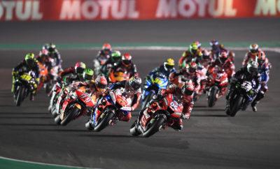 Μοναδικές επιδόσεις με νέα ρεκόρ για τα MotoGP™ ελαστικά της Michelin, στον πρώτο αγώνα VisitQatar Grand Prix της σεζόν, που διεξήχθη στο Losail International Circuit, όπου ο Andrea Dovizioso (Mission Winnow Ducati) κέρδισε θριαμβευτικά τη νίκη. Από την Παρασκευή, την πρώτη ημέρα του τριημέρου, η γκάμα των MICHELIN Power Slick ελαστικών – συμπεριλαμβανομένου του νέου για το 2019 πίσω ελαστικού, με το καινούργιο μαλακό μείγμα γόμας, και του μπροστινού με το σκληρό μείγμα γόμας – τέθηκε σε σκληρή δοκιμασία. Οι αναβάτες δοκίμασαν και τα έξι μείγματα γόμας στην πίστα των 5.380μ. Οι χρόνοι που σημειώθηκαν ήταν καλύτεροι από αυτούς των προηγούμενων ετών και ο Marc Marquez (Repsol Honda Team) έγραψε τον απόλυτο χρόνο γύρου την πρώτη ημέρα, με 1'53,380. Πάνω στο ίδιο μοτίβο συνεχίστηκαν οι επιδόσεις και την δεύτερη ημέρα, όπου σε κάθε σκέλος σημειώθηκαν καλύτεροι χρόνοι από τούς αντίστοιχους περσινούς, καθώς τα ελαστικά MICHELIN Power Slicks έδωσαν μεγάλη εμπιστοσύνη στους αναβάτες, αλλά και την απαιτούμενη πρόσφυση για να φτάσουν στο ανώτατο όριο των επιδόσεων τους. Ο Maverick Viñales (Monster Energy Yamaha MotoGP) σημείωσε νέο ρεκόρ κατακτώντας την pole position που τον έθετε στην πρώτη θέση στη σχάρα της εκκίνησης, για τον αγώνα των 22 γύρων της Κυριακής. Η εκκίνηση του αγώνα πραγματοποιήθηκε πιο αργά σε σύγκριση με πέρυσι, γεγονός που σήμαινε ότι οι θερμοκρασίες θα ήταν χαμηλότερες από τις συνηθισμένες, συνεπώς η θερμοκρασία της πίστας ήταν στους 19ο Κελσίου. Ο Dovizioso έστριψε πρώτος μετά την εκκίνηση του αγώνα, και τέθηκε επικεφαλής στους πρώτους τέσσερεις γύρους του αγώνα, μέχρι που άρχισε να δέχεται τις έντονες πιέσεις του Alex Rins (Team SUZUKI ECSTAR). Οι δυο πρωτοπόροι αναβάτες άλλαξαν αρκετές φορές την πρώτη θέση μεταξύ τους, και σε αυτό το διάστημα τους πλησίασαν άλλοι έξι, δημιουργώντας κατά αυτό τον τρόπο ένα τρενάκι οχτώ αναβατών. Το γκρουπ των οχτώ οδηγών άλλαζε συνεχώς θέσεις καθώς τα MICHELIN Power Slick ελαστικά απέδιδαν στο μέγιστο των επιδόσεών τους, 
