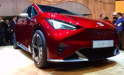 "Η SEAT πέτυχε το 2018 τα υψηλότερα κέρδη μετά φόρων τα οποία ανέρχονται σε σχεδόν 300 εκατομμύρια ευρώ, ενώ ο κύκλος εργασιών πλησίασε τα 10 δις ευρώ  Το 2018, η αυτοκινητοβιομηχανία διέθεσε πάνω από 1,2 δις ευρώ σε επενδύσεις και έξοδα R&D  Luca de Meo: «Η SEAT μπορεί να κοιτάξει ευθεία μπροστά στο μέλλον»  Dr. Herbert Diess: ""Η SEAT διαδραματίζει νέο ρόλο στα πλαίσια του Ομίλου Volkswagen, αναλαμβάνοντας ακόμη μεγαλύτερη ευθύνη» Κηφισιά, 27/03/2019. Η SEAT παρουσίασε σήμερα την ηλεκτρική της στρατηγική, η οποία μέχρι τις αρχές του 2021, περιλαμβάνει έξι ηλεκτρικά και plug-in υβριδικά μοντέλα. Η ηλεκτρική έκδοση του Mii και το el-Born θα είναι τα δύο πρώτα πλήρως ηλεκτρικά μοντέλα της μάρκας, ενώ η νέα γενιά Leon και το Tarraco θα διαθέτουν plug-in υβριδική έκδοση. Επιπλέον, το CUPRA Leon και το CUPRA Formentor θα διαθέτουν επίσης στη γκάμα τους μια υβριδική παραλλαγή plug-in. Ο Πρόεδρος της SEAT Luca de Meo, ανακοίνωσε στην ετήσια συνάντηση παρουσίασης των οικονομικών αποτελεσμάτων της εταιρείας ότι το CUPRA Formentor, το νέο CUV που παρουσιάστηκε στο Σαλόνι Αυτοκινήτου της Γενεύης, θα κατασκευαστεί στο εργοστάσιο του Martorell. Για πρώτη φορά στην ιστορία της εταιρίας, η SEAT θα αναπτύξει επίσης μια νέα πλατφόρμα οχημάτων σε συνεργασία με τη Volkswagen, μια μικρότερη έκδοση της Modular Electric Drivekit (MEB), πάνω στην οποία πολλά οχήματα μήκους περίπου τεσσάρων μέτρων από διαφορετικές μάρκες, μεταξύ των οποίων και η SEAT, θα κατασκευαστούν μελλοντικά. Ο στόχος της νέας πλατφόρμας είναι η δημιουργία προσιτών ηλεκτρικών οχημάτων με τιμή εισόδου κάτω των 20.000 ευρώ. Περισσότεροι από 300 εξειδικευμένοι μηχανικοί θα συμμετάσχουν σε αυτό το project στην Ισπανία. Κατά την παρουσίαση των αποτελεσμάτων που έλαβαν χώρα στα κεντρικά γραφεία της SEAT στο Martorell, ο Πρόεδρος της SEAT, Luca de Meo δήλωσε ότι «η SEAT έχει πλέον σαφέστερο ρόλο στον Όμιλο Volkswagen και χάρη στα αποτελέσματα που έχουμε πετύχει, κερδίσαμε τη νέα πλατφόρμα ηλεκτρικών οχημάτων». «Για πρώτη φορά"