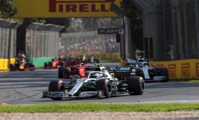 Ο οδηγός της Mercedes, Valtteri Bottas κυριάρχησε στο Αυστραλιανό Grand Prix, ακολουθώντας στρατηγική μιας αλλαγής όπως είχαμε προβλέψει: Άλλαξε από τη μαλακή στη μέση γόμα στον 23ο γύρο. Το ίδιο μοτίβο ακολούθησαν οι τέσσερις πρώτοι με διαφορετικό όμως χρόνο εισόδου στα pitr. Οι Lewis Hamilton (Mercedes) και Sebastian Vettel (Ferrari) σταμάτησαν πολύ νωρίτερα απ' ότι οι αντίπαλοί τους, στη μάχη της στρατηγικής. ΣΗΜΕΙΑ ΚΛΕΙΔΙΑ • Ο πρώτος από τους κορυφαίους συνδυασμούς που επέλεξε να κάνει pit stop ήταν ο Vettel, επιχείρησε να προσπεράσει μέσω τακτικής (undercut). Αυτό υποχρέωσε την Mercedes να τον καλύψει με το Hamilton ένα γύρο αργότερα. • Ο Bottas αντίθετα έμεινε έξω περισσότερο μεγαλώνοντας τη διαφορά από την άλλη Merceces. • Από τους τέσσερις πρώτους, μπήκε πιο αργά στα pit, ο οδηγός της Red Bull, Max Verstappen, στον 26ο γύρο: Μια στρατηγική που τον έφερε στο βάθρο παρότι εκκινούσε 4ος. • Ο πρώτος οδηγός που πήρε έξτρα βαθμό χάρη στον ταχύτερο γύρο ήταν ο Valtteri Bottas, που πήγε ταχύτατα με τη μέση γόμα στον προτελευταίο γύρο, σπάζοντας έτσι και το περσινό ρεκόρ ταχύτερου γύρου. • Όλοι οι οδηγοί έκαναν μόνο μια αλλαγή εκτός από τη Williams: ο George Russell έκανε δυο και ο Robert Kubica τρεις. ΠΩΣ ΑΠΕΔΩΣΕ Η ΚΑΘΕ ΓΟΜΑ • ΣΚΛΗΡΗ C2: Με την πίστα στρωμένη καλύτερα με γόμα και με πιο υψηλές θερμοκρασίες την Κυριακή (44 βαθμοί στο οδόστρωμα, 24 βαθμοί στον αέρα) αποδείχτηκε ένα πολύ αποτελεσματικό ελαστικό για αγώνα, ειδικά για μεγάλες αποστάσεις. Έχει μικρή πτώση απόδοσης. • MEΣΗ C3: Μολονότι τα δεδομένα της Παρασκευής έδειχναν πως αυτό θα είναι το καλύτερο ελαστικό για το δεύτερο μέρος του αγώνα, τελικά την Κυριακή ήταν δύσκολη η επιλογή ανάμεσα στη μέση και στη σκληρή γόμα. Η Ferrari, για παράδειγμα έβαλε στο ένα μονοθέσιο τη μια γόμα και στο άλλο την άλλη. Πολλοί οδηγοί κατάφεραν να συμπληρώσουν πάνω από 40 γύρους μ' αυτή τη γόμα. • ΜΑΛΑΚΗ C4: Οι περισσότεροι οδηγοί εκκίνησαν στον αγώνα μ' αυτή τη γόμα. Παραταύτα η απόσταση που διένυσαν διαφέρει σημαντικά. Αυτ