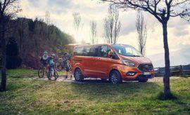 • Ο αναβαθμισμένος κινητήρας 2.0L EcoBlue diesel προσφέρει στο Ford Tourneo Custom βελτιωμένη κατανάλωση έως και 6%. Η Ford λανσάρει επίσης μία νέα, ισχυρότερη έκδοση του συγκεκριμένου συνόλου με ισχύ 185 ίππων • Το κινητήριο σύνολο EcoBlue Hybrid 48-volt είναι το πρώτο του είδους στην κατηγορία του μοντέλου εξασφαλίζοντας ακόμα καλύτερη οικονομία καυσίμου, κυρίως σε συνθήκες κυκλοφορίας στην πόλη • Το ενσωματωμένο modem FordPass Connect μετατρέπει το όχημα σε Wi-Fi hotspot για τη σύνδεση έως και 10 συσκευών, με τις προηγμένες τεχνολογίες υποστήριξης οδηγού να περιλαμβάνουν τώρα τα Active Park Assist και Lane-Keeping Aid • Το όχημα μεταφοράς προσωπικού Tourneo Custom των 8 ή 9 θέσεων αύξησε τις πωλήσεις του πέρσι κατά 28% Το αναβαθμισμένο όχημα μεταφοράς προσωπικού Ford Tourneo Custom λανσάρει τώρα ισχυρότερους και οικονομικότερους κινητήρες 2.0L EcoBlue diesel, καινοτόμα, νέα κινητήρια σύνολα EcoBlue Hybrid, καθώς και προηγμένες τεχνολογίες υποστήριξης του οδηγού, μεταξύ των οποίων συμπεριλαμβάνεται το σύστημα Active Park Assist, το οποίο θα είναι διαθέσιμο από τα μέσα του 2019. Με βελτιωμένη κατανάλωση καυσίμου έως και 6%* για μειωμένο λειτουργικό κόστος, ο προηγμένος κινητήρας 2.0L EcoBlue της Ford θα προσφέρεται ως μία νέα έκδοση με ισχύ 185 ίππων και ροπή 415 Nm, εξασφαλίζοντας ταχύτερη απόκριση και μεγαλύτερη ελκτική ισχύ, όταν το όχημα μεταφέρει εννέα επιβάτες και τις αποσκευές τους. Το αναβαθμισμένο Tourneo Custom θα είναι επίσης το πρώτο όχημα στην κατηγορία του που θα προσφέρει ήπια υβριδική τεχνολογία των 48 volt με σκοπό την περαιτέρω μείωση της κατανάλωσης καυσίμου - στοιχείο ιδιαίτερα σημαντικό τόσο για τους ιδιώτες ιδιοκτήτες, όσο και για τους διαχειριστές στόλων. Η νέα έκδοση EcoBlue Hybrid εκτιμάται ότι θα επιτυγχάνει πρόσθετη μείωση της κατανάλωσης κατά 3%, σύμφωνα με το πρωτόκολλο WLTP, με περαιτέρω οφέλη σε συνθήκες κυκλοφορίας στην πόλη, στην οποία οι στάσεις/εκκινήσεις είναι πολλές και διαρκείς. Το ενσωματωμένο modem FordPass Connect μετατρέπει