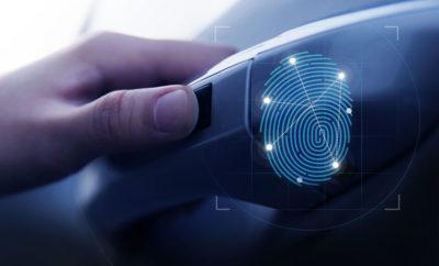 • Η τεχνολογία επιτρέπει στους οδηγούς να ξεκλειδώσουν και να εκκινήσουν τα οχήματά τους χωρίς να χρησιμοποιούν το κλειδί του αυτοκινήτου • Η τεχνολογία δακτυλικών αποτυπωμάτων παρέχει τη μέγιστη διαθέσιμη ασφάλεια Η Hyundai Motor Company ανακοίνωσε πρώτη σε παγκόσμιο επίπεδο την τεχνολογία δακτυλικών αποτυπωμάτων (Smart Fingerprint) που επιτρέπει στους οδηγούς όχι μόνο να ξεκλειδώσουν τις πόρτες αλλά και να εκκινούν το όχημά τους. Η εταιρεία θα εφαρμόσει την τεχνολογία αρχικά στο SUV Santa Fe. Για να ξεκλειδώσει το όχημα ο οδηγός πρέπει να τοποθετήσει ένα δάκτυλο του στον αισθητήρα που βρίσκεται στη λαβή της πόρτας. Στη συνέχεια ο οδηγός μπορεί να εκκινήσει εύκολα το όχημά του αγγίζοντας το μπουτόν της μίζας, που είναι επίσης εξοπλισμένο με αισθητήρα σάρωσης δακτυλικών αποτυπωμάτων. Η τεχνολογία παρέχει επίσης ένα προσαρμοσμένο περιβάλλον οδήγησης αντιστοιχίζοντας πληροφορίες για τις προτιμήσεις του οδηγού με δεδομένα δακτυλικών αποτυπωμάτων, όπου το όχημα προσαρμόζει αυτόματα τις θέσεις καθισμάτων, τις συνδεδεμένες λειτουργίες του αυτοκινήτου και τις γωνίες των καθρεπτών ανάλογα με τον οδηγό του οχήματος. Στο μέλλον, η Hyundai Motor σχεδιάζει να επεκτείνει περαιτέρω την εφαρμογή της τεχνολογίας για να επιτρέψει την αυτοματοποιημένη ρύθμιση της θερμοκρασίας, της θέσης του τιμονιού και πολλών άλλων χαρακτηριστικών που θα είναι προσαρμοσμένα στις προτιμήσεις του οδηγού, προσφέροντας μια ακόμη πιο ποιοτική οδηγική εμπειρία σε κάθε πελάτη της μάρκας. Η Hyundai εξέτασε διεξοδικά τα θέματα ασφαλείας της τεχνολογίας έξυπνων δακτυλικών αποτυπωμάτων. Με το σύστημα αναγνώρισης χωρητικότητας, το οποίο ανιχνεύει τυχόν διαφορές στο επίπεδο της ηλεκτρικής ενέργειας σε διάφορα μέρη του δακτύλου, η τεχνολογία των δακτυλικών αποτυπωμάτων αποτρέπει αποτελεσματικά τα πλαστά δακτυλικά αποτυπώματα. Η πιθανότητα να αναγνωρίσει η τεχνολογία ένα δακτυλικό αποτύπωμα άλλου ατόμου ως αυτό του οδηγού, είναι μόνο 1 στις 50.000 καθιστώντας το πέντε φορές πιο ασφαλές από τα συμβατικά κλειδιά, συ