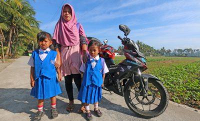 """Ένα ακόμα ανατρεπτικό ταξίδι σε δυο τροχούς πραγματοποίησε ο γνωστός φωτογράφος-δημοσιογράφος Κωνσταντίνος Μητσάκης, αυτή την φορά στην Νοτιοανατολική Ασία. Πιο συγκεκριμένα, ο Έλληνας αναβάτης διέτρεξε 3.500 χλμ. στους δρόμους της εξωτικής Ινδονησίας, οδηγώντας το νέο HONDA GTR 150 SUPRA. Με αφετηρία την πρωτεύουσα Jakarta (Τζακάρτα) και πεδίο ταξιδιωτικής δράσης τα νησιά Java (Ιάβα), Bali (Μπαλί), Lombok (Λομπόκ) και Sumbawa (Σουμπάουα), ο Κωνσταντίνος Μητσάκης βίωσε στην αναπαυτική σέλα ενός μαύρου GTR 150 SUPRA την δίτροχη περιπέτεια δρόμου «INDONESIAN GTRider». Για 15 ημέρες, αρχαίοι ινδουιστικοί ναοί, εξωτικές παραλίες, χωριά κρυμμένα στην τροπική βλάστηση, πρωτόγνωρα ήθη και έθιμα, ανενεργά ηφαίστεια και φιλόξενοι άνθρωποι με αυθόρμητα χαμόγελα καρδιάς «αποκαλύφθηκαν» στην εξερευνητική ματιά του Έλληνα GTRider. Σύμφωνα με τον Κωνσταντίνο Μητσάκη, ο δυνατός σε επιδόσεις κινητήρας, το χαμηλό βάρος και η υποδειγματική σταθερότητα του GTR 150 SUPRA, τον βοήθησαν να ανταπεξέλθει στις δύσκολες και απαιτητικές συνθήκες των κυκλοφοριακά κορεσμένων δρόμων της Ινδονησίας. Ο ίδιος, απόλυτα ενθουσιασμένος από την γνωριμία του με το HONDA GTR 150 SUPRA, δήλωσε: «Για ακόμα μια φορά, η HONDA ανέβασε ψηλά τον πήχη του ανταγωνισμού στην δημοφιλή κατηγορία των παπιών, κατασκευάζοντας ένα τετράχρονο υδρόψυκτο παπί με συμπλέκτη, που συμπεριφέρεται στο δρόμο σαν μια μικρή sport μοτοσυκλέτα. Χάρη στην άριστη ενεργητική ασφάλεια, τον πλούσιο εξοπλισμό και την ποιοτική κατασκευή του, το HONDA GTR 150 SUPRA με ταξίδεψε ξεκούραστα και απροβλημάτιστα για 3.500 χλμ. Παρόλο το μεγάλο φορτίο των αποσκευών μου, μεγάλη εντύπωση μού προκάλεσε η δεμένη και ενιαία αίσθησή του. Διαθέτοντας στιβαρό πλαίσιο και ψαλίδι, πολύ δυνατά και με καλή αίσθηση φρένα, υποδειγματική σε σχεδίαση και άνεση σέλα, χαμηλή κατανάλωση, αναρτήσεις που """"διάβαζαν"""" συνεχώς τον δρόμο και αυτονομία που άγγιζε τα 200 χλμ., το HONDA GTR 150 SUPRA αποδείχθηκε ο αξιόπιστος """"συνοδοιπόρος"""" μου στο αστικό και επαρχιακό οδικό δί"""