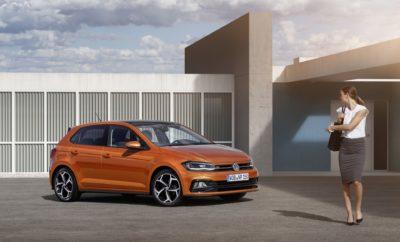 • Η γκάμα του Polo εμπλουτίζεται με δύο νέους, τεχνολογικά προηγμένους κινητήρες βενζίνης • Ο 1.0 MPI EVO 80PS θα είναι πλέον ο εισαγωγικός κινητήρας της γκάμας, υιοθετώντας τεχνολογία που μέχρι τώρα ήταν διαθέσιμη μόνο στα μεγαλύτερα μοντέλα της μάρκας • Ο 1.5 TSI EVO 150PS θα προσφέρει άφθονη ισχύ και επιδόσεις συνδυαζόμενος αποκλειστικά με αυτόματο κιβώτιο ταχυτήτων DSG • Παράλληλα με τους νέους κινητήρες παρουσιάζονται νέα πακέτα εξοπλισμού Το νέο Volkswagen Polo, ένα από τα παγκόσμια best sellers στην ιστορία της αυτοκίνησης και το μοντέλο που παρουσίασε τη μεγαλύτερη ανάπτυξη (+112%) στην Ελλάδα τη χρονιά που πέρασε, ενισχύει τη γκάμα του με δύο νέους, πολύ ενδιαφέροντες κινητήρες βενζίνης. Οι νέοι κινητήρες αναμένεται να ισχυροποιήσουν ιδιαίτερα τη θέση του Polo στην πιο δημοφιλή κατηγορία της ελληνικής αγοράς, αυτή των supermini, που αντιπροσωπεύει το 36,2% των συνολικών πωλήσεων αυτοκινήτων. Οι δύο νέοι κινητήρες θα κάνουν το Polo ακόμα πιο ανταγωνιστικό στο εισαγωγικό τμήμα της κατηγορίας, αυτό των κινητήρων 1.0 λίτρου και των αντίστοιχων 1.5 λίτρου, με το τελευταίο να αντιπροσωπεύει το 19% του συνόλου των βενζινοκινητήρων της κατηγορίας. Ο πιο ενδιαφέρων από τεχνολογική άποψη κινητήρας είναι ο 1.5 TSI EVO 150PS, ο οποίος αποτελεί εξέλιξη του 1.4 TSI ACT. Η αύξηση του κυβισμού έχει επιτευχθεί μέσω αύξησης της διαδρομής του εμβόλου με αποτέλεσμα ο κινητήρας να είναι έντονα υποτετράγωνος και να παρουσιάζει καλύτερο θερμικό βαθμό απόδοσης και καλύτερη ανάπτυξη ροπής. Ένα στοιχείο που πρέπει επίσης να επισημανθεί είναι η πίεση ψεκασμού του καυσίμου, η οποία είναι από τις υψηλότερες στην αυτοκινητοβιομηχανία, στα 350 bar, επιτρέποντας μικρότερο μέγεθος στα σταγονίδια του καυσίμου, ακριβέστερη ρύθμιση του μείγματος και μειωμένες εκπομπές σωματιδίων. Οι εκκεντροφόροι εισαγωγής και εξαγωγής διαθέτουν μεταβλητό χρονισμό ενισχύοντας την απόδοση του κινητήρα σε όλα τα φορτία. Επίσης, σε συνθήκες χαμηλού φορτίου, οι 2 μεσαίοι κύλινδροι απενεργοποιούνται με αποτέλεσμα 