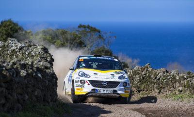 Η εργοστασιακή ομάδα ADAC Opel Rally Junior Team έχει μεγάλες προσδοκίες από το Ράλι Αζόρες που διεξάγεται μεταξύ 21και 23 Μαρτίου – στον πρώτο αγώνα της χρονιάς για το Ευρωπαϊκό Πρωτάθλημα Ράλι Junior FIA ERC3. Οι νέοι οδηγοί της Opel, ο 20χρονος Σουηδός Elias Lundberg και ο συνομήλικός του Grégoire Munster από το Λουξεμβούργο, στοχεύουν στην κατάκτηση του τίτλου νέων οδηγών για την Opel για πέμπτη συνεχόμενη χρονιά. Το Πρωτάθλημα αποτελείται από έξι απαιτητικούς αγώνες, τρεις στην άσφαλτο και τρεις στο χώμα. Η χρονιά ξεκινά για την ADAC Opel Rally Junior Team με δύο αγώνες που διεξάγονται σε νησιά του Ατλαντικού, στις Αζόρες (χώμα) και στις Κανάριες Νήσους (άσφαλτος). Ακολουθούν δύο χωμάτινοι αγώνες στην Ανατολική Ευρώπη, στη Λετονία και την Πολωνία, και η σεζόν θα ολοκληρωθεί με δύο τελευταίους αγώνες στην άσφαλτο, στην Ιταλία και την Τσεχία. Τα τέσσερα καλύτερα αποτελέσματα θα μετρήσουν στην τελική κατάταξη, καθώς κάθε οδηγός μπορεί να αφαιρέσει δύο αγώνες από τη βαθμολογία του. Δεδομένου ότι κάθε αγώνας έχει τα δικά του χαρακτηριστικά και τις δικές του ιδιαιτερότητες, αυτό που προέχει είναι οι πολύπλευρες ικανότητες σε οποιεσδήποτε συνθήκες. Και ο πολυτάλαντος χαρακτήρας είναι που χάρισε στο ADAM R2 των 190 ίππων και στην ομάδα ADAC Opel Rally Junior Team τον τίτλο του FIA ERC3 τα τελευταία τέσσερα χρόνια. «Το αυτοκίνητό μας έχει επανειλημμένως αποδείξει ότι δουλεύει σε όλες τις συνθήκες και σε όλα τα εδάφη», μας λέει ο Διευθυντής της Opel Motorsport, Jörg Schrott. «Η ομάδα μας είναι καλά προετοιμασμένη και το μόνο που μένει είναι οι οδηγοί να φέρουν αποτελέσματα στις ειδικές διαδρομές. Τα πήγαμε καλά τα τελευταία τέσσερα χρόνια, όμως δεν υπάρχουν εγγυήσεις για την επιτυχία, καθώς ο ανταγωνισμός είναι πιο ισχυρός από οπουδήποτε αλλού. Σε τέτοιο υψηλό επίπεδο τα λάθη κοστίζουν ακριβά». Οι απαιτητικές, ιδιαίτερα στενές διαδρομές του πρώτου αγώνα της χρονιάς στις Αζόρες είναι μεγάλη πρόκληση για ανθρώπους και μηχανές. Κυρίως η ειδική διαδρομή των 20 χιλιομέτρων γύ