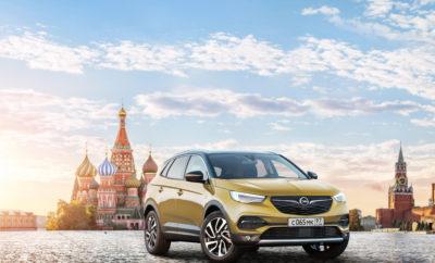 Επιστροφή, σε πρώτη φάση με τρία μοντέλα, ήδη από εφέτος Grandland X, Zafira Life και Vivaro θα διατίθενται στη Ρωσία το τέταρτο τρίμηνο Zafira Life και Vivaro Transporter θα κατασκευάζονται στο εργοστάσιο της Kaluga Θα ακολουθήσουν και άλλα μοντέλα σύντομα Η ανάπτυξη μέσω νέων εξαγωγικών αγορών βρίσκεται στην καρδιά του σχεδίου PACE! της εταιρίας Η Opel προχωρά δυναμικά με την επέκταση των εξαγωγών της: Η μάρκα με το 'Blitz' (το σήμα του κεραυνού) θα αναβιώσει την παράδοσή της στη Ρωσική αγορά ήδη από εφέτος. Αρχικά θα διαθέσει στην αγορά της Ρωσίας τρία μοντέλα, μέσω επιλεγμένων τοπικών διανομέων – το Grandland X παραγωγής Eisenach και τα νέα Zafira Life και Vivaro Ρωσικής παραγωγής. Η επιβατική έκδοση και το όχημα μεταφορών για την τοπική αγορά θα κατασκευάζονται στο εργοστάσιο του Groupe PSA στην Kaluga. Η Opel επιθυμεί σταδιακά να αυξήσει τις δραστηριότητές της στη Ρωσία τα επόμενα χρόνια και αυτό περιλαμβάνει τη διάθεση μιας ευρύτερης γκάμας προϊόντων σύντομα. Περισσότερες λεπτομέρειες θα δημοσιευτούν στο μέλλον. «Η σημαντική αύξηση των κερδοφόρων εξαγωγών μας είναι από τους βασικούς πυλώνες του στρατηγικού μας σχεδίου PACE!. Σημειώνουμε αισθητή πρόοδο σε αυτό τον τομέα» δήλωσε ο CEO της Opel, Michael Lohscheller. «Η Ρωσία είναι μία μεγάλη, στρατηγικά σημαντική και ελκυστική αγορά με πολλές δυνατότητες. Η Opel, μία Γερμανική μάρκα με μακροχρόνια παράδοση και άριστη φήμη στη χώρα, θα επωφεληθεί από αυτό. Η άμεση δυνατότητα τοπικής παραγωγής δείχνει με τον καλύτερο τρόπο πόσο σημαντική είναι για την Opel η ένταξή της στο Groupe PSA.» Ο Yannick Bézard, Executive Vice President & Operational Director Ευρασίας του Groupe PSA, δήλωσε: «Το λανσάρισμα μιας νέας μάρκας στη Ρωσική αγορά θα επιτρέψει στο Groupe PSA να ενισχύσει την παρουσία του στην περιοχή της Ευρασίας, να επεκτείνει την παροχή προϊόντων για τους υπάρχοντες πελάτες και να κερδίσει νέους. Συμπεριλαμβανομένου του λανσαρίσματος της Opel στη Ουκρανία πέρυσι, προσβλέπουμε στον τριπλασιασμό του όγκου πωλήσεων