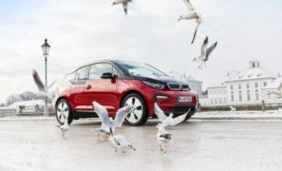 Η κατασκευάστρια εταιρία πολυτελών αυτοκινήτων BMW συνεχίζει αποφασιστικά τον εξηλεκτρισμό της γκάμας της, παρουσιάζοντας τώρα τα τελευταία της plug-in υβριδικά μοντέλα στο Σαλόνι Αυτοκινήτου της Γενεύης. Ταυτόχρονα, η BMW ανακοινώνει το λανσάρισμα του πρόσθετου SAV μοντέλου της που θα διαθέτει ηλεκτρικό σύστημα κίνησης. Η δημοφιλής BMW X3 θα παράγεται ομοίως σε plug-in υβριδική έκδοση από τον Δεκέμβριο του 2019. Έτσι γίνεται το πρώτο μοντέλο της μάρκας που θα διατίθεται με συμβατικό κινητήρα καύσης και plug-in υβριδικό σύστημα – με την προσθήκη μιας αμιγώς ηλεκτρικής έκδοσης το 2020. Για μία ακόμα φορά, το 2018, το BMW Group εδραίωσε τη θέση του ως πρωτοπόρος και ηγέτης της αγοράς ηλεκτρικών και plug-in υβριδικών οχημάτων (πηγή: IHS Markit Νέες Ταξινομήσεις 2018 Αναφορά 04.01.2019). Με μερίδιο αγοράς πάνω από 9%, η εταιρία είναι πρώτη στην παγκόσμια κατάταξη πολυτελών κατασκευαστών αυτοκινήτων με αμιγώς ηλεκτρικά ή plug-in υβριδικά συστήματα κίνησης. Το 2018, το BMW Group ήταν πρώτο στην κατηγορία των πολυτελών ηλεκτροκίνητων οχημάτων σε Γερμανία και Κίνα. Με μερίδιο πάνω από 16%, η εταιρία, για μία φορά ακόμα, ηγήθηκε του συνόλου της Ευρωπαϊκής αγοράς στον τομέα των ηλεκτρικών και plug-in υβριδικών οχημάτων. Το BMW Group πέτυχε ένα νέο, παγκόσμιο ρεκόρ πωλήσεων το 2018 με πάνω από 140.000 μονάδες ηλεκτρικών και plug-in υβριδικών οχημάτων – αύξηση 38,4% συγκριτικά με την προηγούμενη χρονιά. Ένας από τους τέσσερις πυλώνες πάνω στους οποίους η εταιρία χτίζει το μέλλον της μετακίνησης - ACES (Αυτόνομη Οδήγηση, Συνδεσιμότητα, Ηλεκτροκίνηση και Υπηρεσίες/Κοινοχρησία) - η ηλεκτροκίνηση είναι από τα βασικά στοιχεία της στρατηγικής NUMBER ONE > NEXT. Στόχος του BMW Group είναι να έχει πάνω από μισό εκατομμύριο ηλεκτρικά και plug-in υβριδικά οχήματα των μαρκών του στο δρόμο μέχρι το τέλος του 2019. Με τα αμιγώς ηλεκτρικά BMW i3 (κατανάλωση ηλεκτρικής ενέργειας στο μικτό κύκλο: 13,1 kWh/100 km*) και BMW i3s (κατανάλωση ηλεκτρικής ενέργειας στο μικτό κύκλο: 14,6 – 14,0 kWh/10