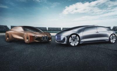 Το BMW Group και η Daimler AG θα ενώσουν τις δυνάμεις τους στον τομέα της αυτοματοποιημένης οδήγησης. Αρχικά, η έμφαση θα δοθεί στην ανάπτυξη τεχνολογιών υποστήριξης οδηγού επόμενης γενιάς, στην αυτοματοποιημένη οδήγηση στον αυτοκινητόδρομο και στις λειτουργίες στάθμευσης (έως SAE Επίπεδο 4). Οι δύο εταιρίες υπέγραψαν Μνημόνιο Συνεργασίας για κοινή εξέλιξη αυτής της τεχνολογίας, που αποτελέσει το 'κλειδί' στη μετακίνηση του μέλλοντος. Το BMW Group και η Daimler AG μιλούν για μία μακροπρόθεσμη, στρατηγική συνεργασία και στοχεύουν να κάνουν τις τεχνολογίες επόμενου επιπέδου ευρέως διαθέσιμες μέχρι τα μέσα της επόμενης δεκαετίας. «Συνεχίζουμε να ακολουθούμε τη στρατηγική μας, συνδυάζοντας την τεχνογνωσία δύο ηγετών της τεχνολογίας. Στο BMW Group, οι μακροπρόθεσμες συνεργασίες στο πλαίσιο μιας ευέλικτης, μη αποκλειστικής, κλιμακούμενης πλατφόρμας είναι σημαντικές για την εξέλιξη της αυτόνομης οδήγησης σε επίπεδο παραγωγής. Ο συνδυασμός σημαντικών τεχνογνωσιών των δύο εταιριών μας θα ενισχύσει την καινοτόμα δύναμη και θα επιταχύνει την εξάπλωση αυτής της τεχνολογίας», δήλωσε ο Klaus Fröhlich, Μέλος Δ.Σ. της BMW AG, τομέας Εξέλιξη. Ο Ola Källenius, Μέλος Δ.Σ. της Daimler AG, υπεύθυνος Έρευνας του Group Research και Εξέλιξης Αυτοκινήτων Mercedes-Benz δήλωσε: «Η αυτόνομη οδήγηση είναι μία από τις πιο επαναστατικές τάσεις για εμάς σήμερα και ολόκληρο το Daimler Group εργάζεται πολύ σκληρά πάνω σε αυτό. Όπως πάντα στην Daimler, κορυφαία μας προτεραιότητα είναι η ασφάλεια. Αντί για εξατομικευμένες, μεμονωμένες λύσεις, θέλουμε να δημιουργήσουμε ένα αξιόπιστο συνολικό σύστημα που θα προσφέρει αισθητή προστιθέμενη αξία στους πελάτες. Σε συνεργασία με τους κατάλληλους εταίρους, θέλουμε να αυξήσουμε σημαντικά τις δυνατότητες αυτής της τεχνολογίας και να την φέρουμε με ασφάλεια στο δρόμο». Η μελλοντική συνεργασία προσφέρει στο BMW Group και την Daimler AG εμφανή πλεονεκτήματα: οι ικανότητες και η εμπειρία ων δύο εταίρων καθώς και μία αρχιτεκτονική με δυνατότητα διεύρυνσης θα επιταχύ