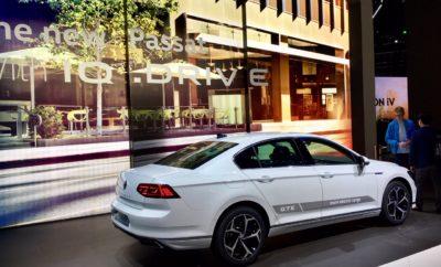 """Το νέο Passat: το πιο επιτυχημένο μεσαίο μοντέλο του κόσμου θα είναι το πρώτο Volkswagen με δυνατότητα ημιαυτόνομης κίνησης σε ταχύτητες ταξιδιού • Παγκόσμια πρεμιέρα του Travel Assist: το Passat θα είναι το πρώτο Volkswagen που θα διαθέτει δυνατότητα ημιαυτόνομης κίνησης σε ταχύτητες ταξιδιού • IQ.LIGHT: ακολουθώντας την τελευταία γενιά του Touareg, το Passat θα είναι και αυτό διαθέσιμο με προβολείς IQ.LIGHT – LED matrix • Το MIB3 θα είναι online: το νέο Modular Infotainment Matrix σύστημα με την ενσωματωμένη κάρτα SIM θα παρουσιαστεί για πρώτη φορά στο Passat • Μηδενικές εκπομπές ρύπων στην πόλη: η ηλεκτρική αυτονομία του νέου Passat GTE έχει αυξηθεί στα 55 χιλιόμετρα περίπου με βάση τις προδιαγραφές WLTP Ακόμα πιο άνετο, ακόμα πιο ψηφιοποιημένο και με ακόμα περισσότερες δυνατότητες ενσωμάτωσης: η ιδιαίτερα εξελιγμένη όγδοη γενιά του Passat παρουσιάζεται επίσημα στη Γενεύη. Η παρουσίαση συμπίπτει με την παραγωγή του υπ' αριθμόν """"30.000.000"""" Passat, γεγονός που το καθιστά το πιο επιτυχημένο μεσαίο μοντέλο του κόσμου. Η τεχνολογική του αναβάθμιση θα ενισχύσει τη θέση του ως ένα από τα καλύτερα μοντέλα της κατηγορίας business. Για πρώτη φορά στο νέο Passat, η Volkswagen παρουσιάζει ένα νέο σύστημα, το Travel Assist. Ενεργοποιείται με το πάτημα ενός κουμπιού στο πολυλειτουργικό τιμόνι. Ο οδηγός πρέπει συνεχώς να ελέγχει το σύστημα για λόγους ασφαλείας αλλά και νομικού πλαισίου. Προκειμένου να το διασφαλίσει αυτό, το Travel Assist που είναι ενεργό από τα 0 έως τα 210 χλμ./ ώρα, ελέγχει αν ο οδηγός έχει τα χέρια του στο τιμόνι. Αυτό στο νέο Passat γίνεται με τον πιο εύκολο δυνατό τρόπο, καθώς το τιμόνι αναγνωρίζει το άγγιγμα του οδηγού και λειτουργεί ως διεπαφή (interface) με συστήματα όπως το Travel Assist. Το μόνο που χρειάζεται είναι ένα απλό άγγιγμα του τιμονιού. Η ενεργή επιφάνεια αναγνωρίζει με τον τρόπο αυτό πως ο οδηγός έχει τον έλεγχο του αυτοκινήτου (μέχρι τώρα ο οδηγός έπρεπε να στρίψει έστω και ελάχιστα το τιμόνι). Αν ο οδηγός πάρει τα χέρια του από το τιμόν"""