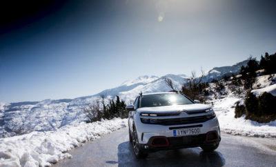 """• Στο μεγαλύτερο χιονοδρομικό κέντρο της χώρας, το Χιονοδρομικό Κέντρο Παρνασσού, βρίσκεται το νέο SUV Citroën C5 Aircross! Σε ένα περιβάλλον που του ταιριάζει ιδιαίτερα, το νέο Comfort Class SUV της Citroen δείχνει τον πολύπλευρο χαρακτήρα του. Σε υψόμετρο που φτάνει τα 1.750 μέτρα, το νέο Comfort Class SUV, Citroën C5 Aircross παρουσιάζεται και κλέβει τις εντυπώσεις. Βρίσκεται σε περίοπτη θέση και δείχνει να ταιριάζει ιδιαίτερα στο λευκό τοπίο, με τη σύγχρονη σχεδίασή του να μαγνητίζει τα βλέμματα και να προσελκύει το κοινό που επισκέπτεται το Χιονοδρομικό Κέντρο Παρνασσού. Η στιβαρή και μυώδης εμφάνισή του, με τους μεγάλους τροχούς και την μεγάλη απόσταση από το έδαφος (23 εκατοστά), συνδυάζεται με τον κορυφαίο εξοπλισμό άνεσης και ασφάλειας, που συνθέτει ένα κορυφαίο πακέτο το οποίο προδιαθέτει για εξερεύνηση και ψυχαγωγία. Μεταξύ των πλέον αναγνωρίσιμων χαρακτηριστικών του νέου Comfort Class SUV της Citroën, είναι τα Airbump®, που κάνουν το νέο SUV C5 Aircross να ξεχωρίζει. Οι μεγάλοι τροχοί, τα 23 εκατοστά της απόστασης από το έδαφος, τα πλευρικά μαρσπιέ με τα προστατευτικά φρύδια στα φτερά, οι μπάρες οροφής, αλλά και η πλούσια γκάμα επιλογών εξατομίκευσης, κάνουν το νέο SUV C5 Aircross να ταιριάζει απόλυτα στο σύγχρονο τρόπο ζωής. Με το πρόγραμμα Citroën Advanced Comfort® σε πλήρη ανάπτυξη, καθώς στον εξοπλισμό του νέου SUV υπάρχουν και οι δύο αποκλειστικές καινοτομίες της Citroën, η ανάρτηση με τα Hydraulic Progressive Cushions® και τα καθίσματα """"Advanced Comfort"""", το νέο SUV C5 Aircross είναι αδιαμφισβήτητα το πιο άνετο SUV στην κατηγορία του. Με τα τρία ανεξάρτητα, συρόμενα, με ρυθμιζόμενη κλίση και αναδιπλούμενα πίσω καθίσματα, το C5 Aircross έχει άνετα τον τίτλο του πιο εύκολα διαμορφώσιμου και του πιο ευρύχωρου μοντέλου της κατηγορίας του. Σε αυτό συνηγορεί και η χωρητικότητα του χώρου αποσκευών, που φτάνει έως τα 720 λίτρα με την πλάτη των πίσω καθισμάτων σε όρθια θέση και θέτει πολύ ψηλά τον πήχη για τα μοντέλα της κατηγορίας. Οι 20 τεχνολογίες υποβοή"""