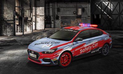• Το i30 Fastback N της Hyundai θα είναι το επίσημο Safety Car του 2019 WorldSBK • Ένα ειδικά διαμορφωμένο i30 Fastback N θα φροντίζει για την προστασία των ταχύτερων εργοστασιακών μοτοσυκλετών • Το i30 Fastback N είναι η τελευταία προσθήκη στην σειρά υψηλών επιδόσεων της Hyundai Ν Ένα ειδικά διαμορφωμένο i30 Fastback N θα είναι το επίσημο αυτοκίνητο ασφαλείας της 32ης σεζόν του Παγκόσμιου Πρωταθλήματος MOTUL FIM Superbike (WorldSBK). Το αυτοκίνητο ασφαλείας i30 Fastback N ξεχωρίζει με την εξωτερική του εμφάνιση, ο σχεδιασμός της οποίας προέρχεται από το i20 World Rally Championship (WRC) της Hyundai. Η ενέργεια αυτή αποτελεί μέρος της νέας εταιρικής σχέσης της Hyundai με την WorldSBK, η οποία ανακοινώθηκε τον περασμένο Σεπτέμβριο. Το i30 Fastback N Safety Car έκανε το ντεμπούτο του στην Αυστραλία στο Phillip Island Grand Prix Circuit τον περασμένο μήνα. Ο πλήρης στόλος των επίσημων αυτοκινήτων θα παρουσιασθεί στο Motorland Aragón της Ισπανίας το διάστημα 5-7 Απριλίου 2019. Ο στόλος της Hyundai περιλαμβάνει μοντέλα i30 N, Kona και Tucson, τα οποία θα χρησιμοποιηθούν σε διάφορες δραστηριότητες όπως καθοδήγησης του αγώνα αλλά και διαφόρων μετακινήσεων προσωπικού. Μετά την ανακοίνωση της δημιουργίας της σειράς N στο Σαλόνι Αυτοκινήτου της Φρανκφούρτης το 2015, η Hyundai έχει συμμετάσχει σε πολυάριθμους αγώνες μηχανοκίνητου αθλητισμού, όπως το Παγκόσμιο Πρωτάθλημα Ράλι, το Nürburgring 24 Hours και το WTCR. Η σειρά N όχι μόνο επιτυγχάνει εξαιρετικές επιδόσεις στους αγώνες υψηλών επιδόσεων αλλά έχει εξίσου αποδειχθεί επιτυχημένη και μεταξύ των πελατών που αναζητούν αδρεναλίνη, με την παραγωγή του i30 N, του Veloster N και πιο πρόσφατα του i30 Fastback N. Η Hyundai N παράγει οχήματα υψηλών επιδόσεων που προσφέρουν μια απολαυστική οδηγική εμπειρία, συνδυασμένη άψογα με την καθημερινή οδηγική χρηστικότητα. Το i30 Fastback N, το τρίτο όχημα υψηλών επιδόσεων της Hyundai N, έκανε το ντεμπούτο του στο Σαλόνι Αυτοκινήτου του Παρισιού τον Οκτώβριο του 2018. Είναι το πρώτο 5θυρο co
