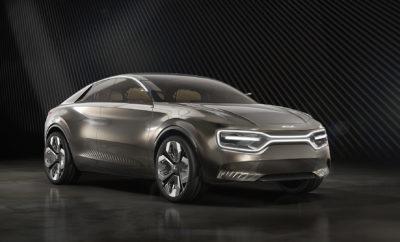 """Η Kia Motors αποκάλυψε σήμερα το νέο πλήρως ηλεκτροκίνητο πρωτότυπο μοντέλο 'Imagine by Kia' στο φετινό Σαλόνι Αυτοκινήτου της Γενεύης. """"Ο ελκυστικός σχεδιασμός στην αυτοκινητοβιομηχανία συναρπάζει και αιχμαλωτίζει τις αισθήσεις. Πιστεύουμε πως σε ένα ηλεκτρικό αυτοκίνητο δεν υπάρχει κανένας λόγος να αλλάξει κάτι τέτοιο"""" εξηγεί ο Gregory Guillaume, Αντιπρόεδρος Σχεδιασμού στην Kia Motors Europe. """"Αυτός είναι ο λόγος που το πλήρως ηλεκτροκίνητο πρωτότυπο μοντέλο μας όχι μόνο ενθουσιάζει, αλλά υποδεικνύει μια διαφορετική από τα συνηθισμένα, συναισθηματική προσέγγιση της ηλεκτροκίνησης"""". Ο Guillaume εξηγεί μεταξύ άλλων πως πολλοί κατασκευαστές όταν μιλούν για τα ηλεκτρικά τους αυτοκίνητα προωθούν τα ίδια μηνύματα, με τα συμβατικά με κινητήρες εσωτερικής καύσης, αναφέροντας κριτήρια αυτονομίας, οικονομίας και απόδοσης. Η Kia κάνει την διαφορά και προχωρά ένα βήμα πιο πέρα δίνοντας προτεραιότητα στον συναισθηματικό τομέα και προσεγγίζοντας από μία άλλη οπτική γωνία την ηλεκτροκίνηση. Χαρακτηριστικό αυτού του γεγονότος είναι το """"Imagine by Kia"""", το πρώτο αμιγώς ηλεκτρικό τετράθυρο μοντέλο της μάρκας. Σε αντίθεση με το βραβευμένο ηλεκτρικό e-Niro, το οποίο βασίζεται στην υπάρχουσα αρχιτεκτονική του υβριδικού Niro, το """"Imagine by Kia"""" εφοδιάζεται με μία χαμηλά τοποθετημένη μπαταρία που φορτίζεται επαγωγικά και αποτελεί το βασικό στοιχείο ενός συμπαγούς συστήματος μετάδοσης. Το """"Imagine by Kia"""" συνδυάζει την αθλητική σιλουέτα ενός σεντάν με το δυναμικό και ευρύχωρο προφίλ ενός crossover. Διαθέτει μία φωτιζόμενη """"tiger nose"""" μάσκα με πρωτότυπους LED προβολείς και την αυθεντική υπογραφή της Kia. """"Είναι ένα μεγάλο αυτοκίνητο της δημοφιλούς στην Ευρώπη κατηγορίας C. Δείχνει τόσο οικείο αλλά είναι τόσο νέο"""", εξηγεί ο Guillaume. Η βαφή είναι ένα δείγμα της διαφορετικότητας που εκπέμπει το αμάξωμα. Έξι χειροποίητες επιστρώσεις χρωμίου καλύπτονται σε μια χάλκινη απόχρωση προκαλώντας οποιονδήποτε να την αγγίξει. Ένα ενιαίο κρύσταλλο χρησιμοποιείται τόσο για το παρμπρίζ όσο και για τη"""