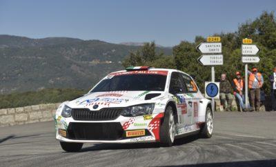 • Ο Ιταλός Fabio Andolfi και ο Ρώσος Nikolay Gryazin με ιδιωτικά SKODA Fabia R5, τερμάτισαν στην 1η και 2η θέση της κατηγορίας WRC 2 • Εντυπωσιακή η εξέλιξη της μάχης για την πρώτη θέση στην κατηγορία R5, με μόλις 3,9'' να χωρίζουν την ιταλική και τη ρωσική συμμετοχή στον τερματισμό • Το εργοστασιακό πλήρωμα Kalle Rovanperä - Jonne Halttunen με την ιδιωτική SKODA Fabia R5, αν και οδήγησαν την κατηγορίας WRC 2 Pro σε όλο τον αγώνα, «πλήρωσαν» την απειρία τους και εγκατέλειψαν από έξοδο. • Πέντε SKODA Fabia τερμάτισαν στην πρώτη δεκάδα της κατηγορίας WRC 2, σίγουρα εντυπωσιακό αποτέλεσμα Το Ράλι Γαλλίας, ο αγώνας με τις «10.000 στροφές» που ιστορικά διεξάγεται στο νησί της Κορσικής, διακρίνεται για τη δυσκολία να βρεις τον κατάλληλο ρυθμό και την εναλλαγή στην ποιότητα του ασφάλτινου οδοστρώματος, ενώ αποτελεί πονοκέφαλο για τα πληρώματα που πρέπει να έχουν εξαιρετικές σημειώσεις. Απαραίτητο συστατικό για τα παραπάνω, όπως και για το σωστό στήσιμο του αυτοκινήτου, με εναλλαγές στις ρυθμίσεις ακόμα και κατά την διάρκεια του αγώνα, είναι η εμπειρία του πληρώματος. Αυτή η απουσία εμπειρίας κόστισε μία άνετη νίκη στην κατηγορία WRC 2 Pro για την ομάδα της SKODA Motorsport και τον Kalle Rovanperä, ο οποίος με το ιδιωτικής συμμετοχής SKODA Fabia R5 βρέθηκε να οδηγεί με άνεση τον αγώνα, αλλά στη μεγαλύτερη σε μήκος Ειδική Διαδρομή των 47 χλμ. του δεύτερου σκέλους, πάτησε σε χώματα που είχαν φέρει στο εσωτερικό μιας στροφής προπορευόμενα αυτοκίνητα, με αποτέλεσμα να χάσει τον έλεγχο του αυτοκινήτου και να χτυπήσει σε ένα βράχο. Αν και αρχικά εκτιμήθηκε ότι ήταν μία απλή βλάβη, εν τούτοις μετά από ενδελεχή έλεγχο των μηχανικών της Skoda στο Service Park, διαπιστώθηκε ότι είχε χτυπηθεί και το roll cage, οπότε για λόγους ασφαλείας, το φινλανδικό πλήρωμα δεν μπόρεσε την επόμενη ημέρα να επανεκκινήσει, χάνοντας έτσι την ευκαιρία για μία σημαντική βαθμολογικά νίκη. Ωστόσο, τη σημαία της SKODA κράτησαν ψηλά οι ιδιωτικές ομάδες που συμμετείχαν με Fabia R5. Οι Ιταλοί Fabio Andolfi - S