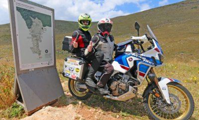 "Το 2018, ο γνωστός ταξιδιωτικός αρθρογράφος – φωτογράφος Κων/νος Μητσάκης και ο 12χρονος γιος του Γιώργος, μοιράστηκαν για πρώτη φορά την σέλα μιας μοτοσυκλέτας HONDA AFRICA TWIN CRF 1000 και πραγματοποίησαν σε Ευρώπη και Αφρική το δίτροχο οδοιπορικό «2 GENERATIONS' RIDE – 2 CONTINTENTS». Το 2019, πατέρας και γιός, με όχημα μια μοτοσυκλέτα HONDA AFRICA TWIN CRF 1000 ADV SPORT και κινητήρια δύναμη την περιπέτεια στο όνειρο, στο απρόβλεπτο, στην ίδια την ζωή, οραματίστηκαν και σχεδίασαν την συναρπαστική ιστορία δρόμου ""2 GENERATIONS' RIDE / CAPE 2 CAPE"". Πιο συγκεκριμένα, ο Κων/νος και ο Γιώργος Μητσάκης με την υποστήριξη της εταιρείας Αδελφοί Σαρακάκη Α.Ε.Β.Μ.Ε. Επίσημος Εισαγωγέας – Διανομέας Honda moto στην Ελλάδα –μαζί και πάλι στην ίδια σέλα– ξεκίνησαν στις 18/4/2019 από το ελληνικό ακρωτήριο Ταίναρο, το (δεύτερο) νοτιότερο χερσαίο ακρωτήριο της Ευρώπης, με προορισμό το ακρωτήριο Nordkapp της Νορβηγίας, το βορειότερο χερσαίο ακρωτήριο της Ευρώπης. Η απόσταση που έχουν να διανύσουν οι δυο μοτο-ταξιδιώτες από το ακρωτήριο Ταίναρο ως το ακρωτήριο Nordkapp αγγίζει τα 4.000 χλμ. Με ενδιάμεση στάση στον Αρκτικό Κύκλο, επιδίωξή τους είναι να προσεγγίσουν τον βόρειο προορισμό τους την Πρωτομαγιά, ενώ οι αντικειμενικές δυσκολίες του ταξιδιού εστιάζονται –σύμφωνα με τον Κων/νο Μητσάκη– στις χειμερινές καιρικές συνθήκες της παγωμένης Λαπωνίας. Λίγο πριν την αναχώρηση, ο πατέρας (και οδηγός) του μικρού Γιώργου δήλωσε: «Θέλω να προσφέρω στο παιδί μου ένα τεράστιο δώρο ζωής και πιστεύω ότι αυτό το ταξίδι είναι ο πιο άμεσος τρόπος να δείξω στον Γιώργο τις ομορφιές και τις αξίες της ζωής. Θέλω επίσης να μοιραστούμε δυνατές εικόνες και συναισθήματα, ν' ανοίξαμε την καρδιά μας ο ένας στον άλλο και να ενδυναμώσουμε την σχέση μας. Πατέρας και γιος στην ίδια σέλλα; Εμπειρία ανεκτίμητη…» Μέσα από το ""2 GENERATIONS' RIDE / CAPE 2 CAPE"", οι δυο Έλληνες αναβάτες επιδιώκουν παράλληλα να δώσουν ένα ηχηρό μήνυμα –κυρίως στη νέα γενιά– πως οι ανθρώπινες σχέσεις, η φύση, το ταξίδι και οι όμορ"