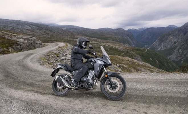 Η CB500X – που παρουσιάστηκε για πρώτη φορά το 2013 μαζί με τη 'γυμνή' CB500F και τη CBR500R με το ολόσωμο φέρινγκ – φέρνει ένα crossover adventure στυλ στην τριμελή οικογένεια απολαυστικών δικύλινδρων μοτοσυκλετών Honda μεσαίας κατηγορίας. Χωρίς φανφάρες, κάνει αθόρυβα τη δουλειά της, ενώ είναι εξαιρετικά ικανή και ευπροσάρμοστη στις επιθυμίες του ιδιοκτήτη. Η πρακτικότητα της CB500X βασίζεται σε μια έντιμη εξίσωση – ένας ζωηρός, αποδοτικός δικύλινδρος κινητήρας που αποδίδει πλούσια ροπή και ισχύ από τις χαμηλές στροφές (και επιταχύνει δυναμικά μέχρι την κόκκινη περιοχή του στροφόμετρου) – και ένα πλαίσιο που χαρίζει εξαιρετική οδηγική άνεση στην πόλη αλλά και στον αυτοκινητόδρομο. Στην ελληνική αγορά η νέα CB500X είναι διαθέσιμη μέσα από το Δίκτυο των Επισήμων Εμπόρων της εταιρείας Αδελφοί Σαρακάκη Α.Ε.Β.Μ.Ε. , Επίσημος Εισαγωγέας-Διανομέας Honda Moto στην Ελλάδα στην τιμή των 7,200€. Πολυτάλαντη, κινείται άνετα σε μικρές καθημερινές διαδρομές πόλης, αλλά και στις εκδρομές του Σαββατοκύριακου. Η μεγάλη διαδρομή των αναρτήσεων εξομαλύνει τις ανωμαλίες, ενώ το φαρδύ τιμόνι και η όρθια θέση οδήγησης προσφέρουν άνεση και ορατότητα στον αναβάτη. Με άλλα λόγια, η CB500X είναι πραγματικό all-rounder από κάθε άποψη. Το 2016, στην πρώτη αναβάθμιση, η CB500X απέκτησε μεγαλύτερο ρεζερβουάρ καυσίμου, αυξημένη προστασία από τον αέρα και ψηλότερη ζελατίνα. Επίσης, απέκτησε φώτα LED, ρυθμιζόμενη προ-φόρτιση πιρουνιού και ρυθμιζόμενη μανέτα φρένου. Το 2019, επεφύλασσε μία σημαντική εξέλιξη για την CB500X. Πιο προηγμένο adventure στυλ, που υπογραμμίζει και επιβεβαιώνει τη μοναδικότητά της. Αν και οι βελτιωμένες επιδόσεις του κινητήρα και οι αναβαθμίσεις πλαισίου εξασφαλίζουν τη διατήρηση του πολυδιάστατου χαρακτήρα της, ο παράγοντας 'X' έχει ενισχυθεί αισθητά. 2. Επισκόπηση Μοντέλου Από μοτοσυκλέτα για καθημερινές διαδρομές στην πόλη μέχρι τις περιπέτειες του Σαββατοκύριακου – η 2019 CB500X είναι έτοιμη για όλα. Το στυλ της για το 2019 γίνεται πιο αιχμηρό – με πιο έντονο το advent