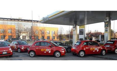 Έχοντας ήδη υπογράψει από το Νοέμβριο του 2017 σχετική συμφωνία συνεργασίας, η FCA (Fiat Chrysler Automobiles) και η Eni (πολυεθνικός κολοσσός στον τομέα της ενέργειας), εξέλιξαν ένα νέο υγρό καύσιμο με την ονομασία «Α20». Το «Α20» προσφέρει χαμηλότερα επίπεδα εκπομπών ρύπων, χάρη και στη σύνθεση του που περιέχει 15% μεθανόλη και 5% βιο-αιθανόλη. Με τη χαμηλή περιεκτικότητα σε άνθρακα, την ύπαρξη βιο-καυσίμου και τον υψηλό αριθμό οκτανίων, το νέο καύσιμο μειώνει τις εκπομπές CO2 έως και 3% με βάση τις νέες αυστηρότερες μετρήσεις WLTP (Worldwide Harmonized Light Vehicle Test Procedures). Η σύσταση του νέου καυσίμου εξελίχθηκε ώστε να μειώσει τις άμεσες και έμμεσες εκπομπές CO2, ενώ είναι κατάλληλο για την πλειοψηφία των βενζινοκίνητων οχημάτων που κατασκευάστηκαν από το 2001 μέχρι σήμερα, ο αριθμός των οποίων στην μόνο Ιταλία ξεπερνά τα 12εκ. Οι δοκιμές που πραγματοποιήθηκαν με 5 Fiat 500 στο Μιλάνο ολοκληρώθηκαν πριν από μερικές εβδομάδες. Τα αυτοκίνητα κάλυψαν σε ένα διάστημα 13 μηνών περισσότερα από 50.000χλμ. το κάθε ένα χωρίς να αντιμετωπίσουν κανένα πρόβλημα, ενώ παρουσίασαν βελτιωμένη απόδοση λόγω του αυξημένου αριθμού οκτανίων, αλλά και χαμηλότερες εκπομπές ρύπων. Η FCA και η Eni συνεχίζουν την προσπάθεια περαιτέρω εξέλιξης του «Α20» αυξάνοντας την περιεκτικότητα συστατικών που παράγονται από ανανεώσιμες πηγές ενέργειας, με στόχο να μειωθούν οι συνολικές εκπομπές CO2 που περιλαμβάνουν την παραγωγή, τη μεταφορά και τη χρήση του καυσίμου. Η εξέλιξη του νέου καυσίμου αποτελεί μία ακόμα προσπάθεια της FCA για την εξέλιξη λύσεων με άμεση αξιοποίηση, οι οποίες σαν στόχο έχουν να συνεισφέρουν στην μείωση της επιβάρυνση του περιβάλλοντος.