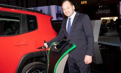 Έχοντας στην πρόσφατη έκθεση της Γενεύης εκπλήξει ευχάριστα το κοινό, τόσο με τα νεά μοντέλα παραγωγής, όσο και τα εντυπωσιακά πρωτότυπα που αποκάλυψε, η Fiat Chrysler Automobiles, παρουσίασε στο πανευρωπαϊκό Δίκτυο Επισήμων Διανομέων τα μελλοντικά σχέδια, αλλά και το όραμα της για την νέα εποχή της αυτοκίνησης. Πρόσφατα πραγματοποιήθηκε το πανευρωπαϊκό Συνέδριο Επισήμων Διανομέων της Fiat Chrysler Automobiles για την περιοχή ΕΜΕΑ (Ευρώπη, Μέση Ανατολή και Αφρική). Η εκδήλωση που έλαβε χώρα στο Συνεδριακό Κέντρο του Μιλάνο, συγκέντρωσε περισσότερα από 2.700 άτομα από 33 διαφορετικές χώρες. Η συγκεκριμένη εκδήλωση ήρθε σε συνέχεια της εντυπωσιακής παρουσίας της FCA στην πρόσφατη έκθεση της Γενεύης, όπου ο όμιλος παρουσίασε μία σειρά αυτοκινήτων παραγωγής, όπως τα plug-in υβριδικά Jeep Renegade και Jeep Compass, αλλά και εντυπωσιακών πρωτοτύπων όπως τα Fiat Concept Centoventi και Alfa Romeo Tonale. Οι προσκεκλημένοι στην εκδήλωση είχαν την ευκαιρία να δουν από κοντά τα εντυπωσιακά πρωτότυπα και να ενημερωθούν από τους επικεφαλής των εταιρειών του ομίλου, τόσο για τα μελλοντικά μοντέλα, όσο και το πλάνο λειτουργίας, όπως αυτό θα διαμορφωθεί με βάση τις μελλοντικές προκλήσεις και ευκαιρίες που διαμορφώνονται στο χώρο του αυτοκινήτου. Με κεντρικό άξονα την υβριδική τεχνολογία, την ηλεκτροκίνηση, το car sharing, αλλά και την περαιτέρω αναβάθμιση των παρεχομένων υπηρεσιών, θα ξεκινήσει από το 1ο τρίμηνο του 2020 η προοδευτική παραγωγή και διάθεση 26 νέων και εξελιγμένων μοντέλων Fiat (8), Alfa Romeo (5), Jeep (8) & Fiat Professional (5), με 35 διαφορετικές επιλογές αμιγούς ή υβριδικής ηλεκτροκίνησης, ενισχύοντας την εμπορική παρουσία κάθε εταιρείας ξεχωριστά, αλλά και συνολικά του Ομίλου FCA κατά την επόμενη τετραετία. Η παρουσία των στελεχών της FCA Greece και των εκπροσώπων του Δικτύου Εξουσιοδοτημένων Διανομέων της χώρας μας, ολοκληρώθηκε ιδανικά από την τιμητική βράβευση τριών μελών του Δικτύου της χώρας μας. Συγκεκριμένα η εταιρεία Κουμαντζιάς Α.Ε.*, Επίσημος Διανομέα