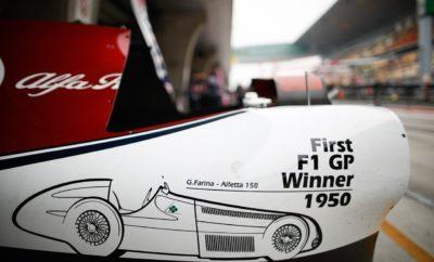"""Η Alfa Romeo, συμμετείχε στο 1000στό Grand Prix της Formula 1, «ντύνοντας» για αυτή την ιδιαίτερη επέτειο τα μονοθέσια της με ένα πολύ ξεχωριστό δημιουργικό, με το οποίο τίμησε την 1η νίκη που πέτυχε στον 1ο αγώνα του θεσμού ο Nino Farina με την Alfa Romeo 158 το 1950. Παρά το γεγονός ότι η ομάδα αντιμετώπισε αρκετές δυσκολίες κατά τη διάρκεια του αγωνιστικού τριημέρου, ο Kimi Räikkönen μετά από έναν πολύ δυνατό αγώνα τερμάτισε στην 9η θέση κατακτώντας ακόμα 2 βαθμούς για την ομάδα. Αποτελώντας τη μοναδική ομάδα που συμμετείχε τόσο στο 1ο, όσο και το 1000στό Grand Prix της Formula 1, η Alfa Romeo συνδέει σταθερά την πορεία της με τους αγώνες, περνώντας την τεχνογνωσία που αποκτά μέσω αυτών στα αυτοκίνητα παραγωγής. Η προηγμένη αεροδυναμική των νέων Gulia και Stelvio, συστήματα όπως το ενεργό πίσω διαφορικό, αλλά και τα προηγμένα υλικά στην κατασκευή του αμαξώματος και των μηχανικών μέρων, αποτελούν μόνο μερικά από τα παραδείγματα όπου η εμπειρία των αγώνων περνά στα χέρια των οδηγών των μοντέλων της Alfa Romeo. Frédéric Vasseur - Επικεφαλής της ομάδας Alfa Romeo Racing και CEO της Sauber Motorsport AG «Ήταν ένα δύσκολο τριήμερο για εμάς έχοντας να αντιμετωπίσουμε μερικά τεχνικά θέματα την Παρασκευή και το Σάββατο. Και οι δύο οδηγοί έκαναν εξαιρετική δουλειά και ανταποκρίθηκαν πολύ καλά στα προβλήματα που αντιμετώπισαν. Κερδίσαμε μερικούς ακόμα βαθμούς με τον Kimi να τερματίζει στην 9η θέση. O Antonio έδειξε σταθερότητα καταφέρνοντας να τερματίσει κερδίζοντας μερικές θέσεις. Έχουμε αρκετή δουλειά μπροστά μας και θα προσπαθήσουμε να είμαστε πιο δυνατοί στο Μπακού.» Kimi Räikkönen (αριθμός μονοθεσίου 7 - """"Stelvio"""") Τερμάτισε 9ος. Ξεκίνησε με την μέση γόμα ελαστικών (C3) και μετά από 25 γύρους άλλαξε στη σκληρή γόμα (C2). «Το μονοθέσιο είχε καλή αίσθηση στον αγώνα. Ξεκινήσαμε αρκετά πίσω στη σειρά εκκίνησης, αλλά τουλάχιστον κερδίσαμε μερικούς βαθμούς. Προς το τέλος έχασα την πρόσφυση από τα εμπρός ελαστικά. Είναι κρίμα γιατί τα πρόσεχα αρκετά, αλλά κρύωσαν και έτσι μεί"""