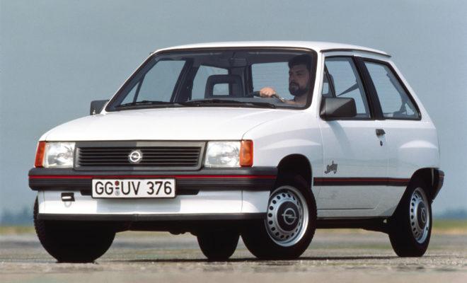 Από το Corsa μέχρι το Senator: Τριοδικός καταλυτικός μετατροπέας σε όλα τα μοντέλα Επένδυση στην προστασία του περιβάλλοντος: 1,0 δις γερμανικά μάρκα για νέες εγκαταστάσεις και εξοπλισμό δοκιμών Opel Ascona 1.8i: Το πρώτο Γερμανικό Αυτοκίνητο με καταλυτικό μετατροπέα ειδικά για την Ευρώπη Σήμερα: Όλα τα επιβατικά αυτοκίνητα Opel πληρούν τα αυστηρά πρότυπα εκπομπών ρύπων EURO 6d-TEMP Πριν από τριάντα χρόνια, στις 21 Απριλίου, 1989, η Opel ανακοίνωσε ότι θα γινόταν ο πρώτος Γερμανός κατασκευαστής αυτοκινήτων που θα προσέφερε τριοδικό καταλυτικό μετατροπέα στον στάνταρ εξοπλισμό όλων των επιβατικών μοντέλων της – από το Corsa και το Kadett, μέχρι το Vectra, το Omega και το Senator. Κατά τη διάρκεια συνέντευξης τύπου στη Βόννη, ο τότε Διευθύνων Σύμβουλος της Opel, Louis R. Hughes, δήλωσε χαρακτηριστικά: «Η Opel είναι ο πρώτος κατασκευαστής αυτοκινήτων που προσφέρει την καλύτερη περιβαλλοντική τεχνολογία στάνταρ σε όλη τη γκάμα μοντέλων, από συμπαγή αυτοκίνητα μέχρι πολυτελή sedan.» Ωστόσο, πιστή στο επιχειρηματικό μότο, «κάνε το απροσδόκητο», η Opel προχώρησε ακόμα περισσότερο: προκειμένου να διευκολύνει τους πελάτες να αγοράσουν ένα αυτοκίνητο με τεχνολογία φιλική προς το περιβάλλον, η εταιρία μείωσε επίσης τις τιμές σε πολλά μοντέλα. Η Opel συνεχίζει σήμερα να παίρνει σοβαρά την ευθύνη της για το περιβάλλον. Όλα τα τρέχοντα επιβατικά μοντέλα Opel ήδη πληρούν τα αυστηρά πρότυπα εκπομπών ρύπων Euro 6d-TEMP. Και λίγο πριν συντελεστεί η επανάσταση της ηλεκτροκίνησης, ο κατασκευαστής κάνει τώρα τα δύο επόμενα μεγάλα βήματα στο δρόμο για τη βιώσιμη κινητικότητα: το Grandland X ως plug-in υβριδικό ηλεκτρικό όχημα και η ηλεκτροκίνητη έκδοση της επόμενης γενιάς Corsa. Η παραγγελιοληψία και για τα δύο αυτοκίνητα της Opel θα ξεκινήσει αργότερα μέσα στη χρονιά. Όλες οι Ευρωπαϊκές σειρές επιβατικών μοντέλων Opel θα περιλαμβάνουν μία ηλεκτροκίνητη έκδοση έως το 2024. Από το Corsa έως το Senator: Τριοδικός καταλυτικός μετατροπέας για όλα τα μοντέλα Μάρτιος 1988: με 20.451 μονάδες, η