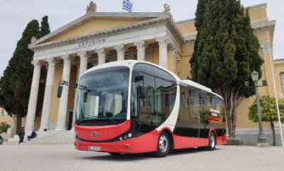 Την πρώτη παρουσίασή του στην Ελλάδα πραγματοποίησε το ηλεκτρικό λεωφορείο BYD των 8,7 μέτρων, το οποίο κινήθηκε στους δρόμους της Αθήνας μόνο με τις μπαταρίες του, αθόρυβα, με μηδενικό περιβαλλοντικό αποτύπωμα και με δυνατότητα μεταφοράς 58 επιβατών, από τους οποίους οι 22 είναι καθήμενοι. Πρωτοποριακής σχεδίασης, με δικό του προσωπικό στυλ και δυνατούς χρωματικούς συνδυασμούς, το BYD εντυπωσιάζει στο πέρασμά του, προσελκύει τα βλέμματα, καλεί θα λέγαμε, τον πολίτη να το γνωρίσει από κοντά, να ζήσει την εμπειρία ενός οχήματος που «κτίζει το όνειρό του», όπως υποδηλώνουν και τα αρχικά της μάρκας (Build your Dream). Με αμάξωμα κατασκευασμένο από αλουμίνιο, ηλεκτροκινητήρες στις πλήμνες των τροχών με ισχύ 180 (2Χ90) kW (250 ίπποι), ροπή 350 Nm άμεσα διαθέσιμη από το ξεκίνημα του λεωφορείου και με δύο μόνο ώρες χρόνο φόρτισης μπαταριών το αστικό ηλεκτρικό BYD, έχει τη δυνατότητα να καλύψει μέχρι και 200 χιλιόμετρα περίπου χωρίς επαναφόρτιση. Για τους ειδικούς των αστικών συγκοινωνιών, πρόκειται για ένα σπουδαίο τεχνικό πλεονέκτημα, καθώς το λεωφορείο, μετά από μια πλήρη φόρτιση τη νύχτα στο αμαξοστάσιο, έχει τη δυνατότητα εκτέλεσης των δρομολογίων μιας ολόκληρης βάρδιας, απαλλάσσοντας έτσι τον συγκοινωνιακό φορέα από την εγκατάσταση έξτρα φορτιστών στις αφετηρίες ή σε άλλα σημεία για την επαναφόρτιση των μπαταριών, μια υποδομή που αυξάνει σημαντικά το κόστος λειτουργίας του στόλου. Στο σημείο αυτό, να προσθέσουμε, ότι το «αναγεννητικό» σύστημα των φρένων μετατρέπει ένα μέρος της κινητικής ενέργειας σε ηλεκτρική, την οποία αποθηκεύει στις μπαταρίες συμβάλλοντας έτσι στην αύξηση της ακτίνας λειτουργίας του λεωφορείου. Φιλικό στον επιβάτη Οι δύο θύρες, μονή και διπλή, το σύστημα επιγονάτισης, η ράμπα αμαξιδίων και οι θέσεις ΑμΕΑ, παρέχουν ευκολία επιβίβασης για όλους τους πολίτες. Χάρη στην ευρυχωρία του διαδρόμου και του άπλετου χώρου των ορθίων, η ροή των επιβατών γίνεται με άνεση μειώνοντας ταυτόχρονα και το χρόνο από-επιβίβασης στις στάσεις. Την ίδια ώρα, η μονάδα Α/C