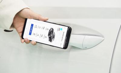 • Η τεχνολογία αυτή επιτρέπει στο αυτοκίνητο να ξεκλειδώνει, να εκκινεί και να οδηγείται χωρίς το παραδοσιακό κλειδί • Το ψηφιακό κλειδί αναγνωρίζει τον κάθε χρήστη και προσαρμόζει αυτόματα τις ρυθμίσεις που έχει επιλέξει, ώστε να διευκολύνεται η κοινή χρήση αυτοκινήτων • Η τεχνολογία αυτή στα νέα οχήματα της Hyundai θα είναι διαθέσιμη μέσα στο έτος Η Hyundai Motor Group προχωρά στη δημιουργία ενός «Ψηφιακού Κλειδιού», το οποίο επιτρέπει στους χρήστες να ξεκλειδώσουν και να εκκινήσουν το όχημά τους μέσω του smartphone τους. Αντικαθιστώντας το παραδοσιακό κλειδί, το νέο ψηφιακό κλειδί μπορoύμε να το κατεβάσουμε μέσω ενός app και να χρησιμοποιηθεί από ένα έως και τέσσερα εξουσιοδοτημένα άτομα. Ο κάθε χρήστης μπορεί να κατεβάσει το ψηφιακό κλειδί μέσω μιας εφαρμογής του κινητού τηλεφώνου και η τεχνολογία Near Field Communication (NFC) εντοπίζει την παρουσία του εξουσιοδοτημένου κινητού τηλεφώνου με δυνατότητα ψηφιακού κλειδιού πλησιάζοντας την πόρτα του οχήματος. Μια κεραία NFC για την αναγνώριση εισόδου βρίσκεται στις χειρολαβές των θυρών του οδηγού και του συνοδηγού, ενώ μία ακόμη που βοηθά στην εκκίνηση του κινητήρα βρίσκεται στην περιοχή ασύρματης φόρτισης. Μετά το ξεκλείδωμα του οχήματος, ο χρήστης μπορεί να εκκινήσει τον κινητήρα τοποθετώντας το smartphone του στην περιοχή φόρτισης στην κεντρική κονσόλα και πατώντας το κουμπί Start / Stop του κινητήρα. Οι επιθυμητές ρυθμίσεις του χρήστη αποθηκεύονται στο όχημα. Όταν αναγνωριστεί το κλειδί, αυτές οι ρυθμίσεις ενεργοποιούνται αυτόματα - συμπεριλαμβανομένης της θέσης των καθρεπτών, των καθισμάτων και του τιμονιού, καθώς και των χειριστηρίων για τα συστήματα ήχου, βίντεο και πλοήγησης (AVN) καθώς και του head-up display. Το ψηφιακό κλειδί της Hyundai μπορεί να χρησιμοποιηθεί εξ' αποστάσεως για τον έλεγχο επιλεγμένων συστημάτων του οχήματος μέσω του smartphone. Με τη χρήση Bluetooth (BLE), οι χρήστες μπορούν να κλειδώσουν και να ξεκλειδώσουν το όχημά τους, να ενεργοποιήσουν τον συναγερμό καθώς και να εκκινήσουν τον κι