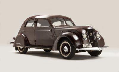"""Η Volvo επιστρέφει ξανά στην εποχή της Αρ Ντεκό, στη φετινή έκθεση Techno Classica που γίνεται στο Έσσεν της Γερμανίας. Πρόκειται για το μεγαλύτερο σαλόνι ιστορικών αυτοκινήτων στον κόσμο, στο οποίο η Volvo παρουσιάζει το PV36 του 1935 που ανήκε κάποτε στον έναν από τους δύο ιδρυτές της εταιρείας, τον Gustaf Larson. To PV36 αντιπροσωπεύει ένα συναρπαστικό κεφάλαιο στην ιστορία της Volvo. Αποτελεί δείγμα του Streamline Moderne, μιας από τις πιο διακεκριμένες σχεδιαστικές τάσεις στις Ηνωμένες Πολιτείες στις αρχές των 30's. Κτίρια, τρένα, πλοία, ακόμη και οικιακές συσκευές, όπως οι τοστιέρες και τα σίδερα ατμού, σχεδιάζονταν σε αυτό στυλ, μία από τις τελευταίες τάσεις της Αρ Ντεκό που περιγράφεται ως """"Αρ Ντεκό σε κίνηση"""", λόγω των αεροδυναμικών στοιχείων που τη χαρακτήριζαν. Ο μηχανικός και σχεδιαστής Ivar Örnberg ήταν αυτός που έφερε το Streamline Moderne στη Volvo το 1933, όταν επέστρεψε στη Σουηδία έχοντας δουλέψει για κάποια χρόνια στην αμερικανική αυτοκινητοβιομηχανία. Στη Volvo, ανέλαβε το καθήκον να σχεδιάσει το PV36 και το ολοκλήρωσε μόνος του από την αρχή μέχρι το τέλος, χωρίς καμία παρέμβαση από τους ιδρυτές της εταιρείας. Με το νέο μοντέλο της Volvo, ο Örnberg """"σύστησε"""" το Streamline Moderne στη Σουηδία. Το εξωτικής εμφάνισης αυτοκίνητο σύντομα πήρε το προσωνύμιο """"Carioca"""" που πιθανότατα παρέπεμπε στο δημοφιλή λατινοαμερικανικό χορό εκείνης της εποχής και στο """"φλερτ"""" της Volvo με τη βραζιλιάνικη αγορά: οι πρώτες εξαγωγές είχαν αρχίσει ήδη από το 1933, ενώ ορισμένα από τα λίγα """"Carioca"""" που κατασκευάστηκαν πωλήθηκαν στη Βραζιλία. Η Volvo κατασκεύασε μόλις 500 μονάδες του PV36 ανάμεσα στο 1935 και το 1938. Το PV36 που εκτίθεται στο Έσσεν έχει λίγα χιλιόμετρα στο κοντέρ του, αλλά πλούσια ιστορία. Το μοντέλο ήταν ένα από τα πρώτα Volvo που μπήκαν σε παραγωγή, λίγα χρόνια αφότου ο μηχανικός Gustaf Larson και ο οικονομολόγος και πωλητής Assar Gabrielsson αποφάσισαν σε ένα δείπνο, το 1924, να δημιουργήσουν μια σουηδική εταιρεία αυτοκινήτου. Έντεκα χρόνια αργότερα, """