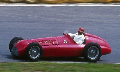"""Η Alfa Romeo, νικήτρια στο πρώτο Grand Prix και πρωταθλήτρια στο πρώτο Παγκόσμιο Πρωτάθλημα της Formula 1, γιορτάζει το 1000στό αγώνα που θα διεξαχθεί την προσεχή Κυριακή 14 Απριλίου στην Κίνα. Η ιστορία της Formula 1 ξεκινά το 1950 με την πραγματοποίηση του πρώτου Παγκοσμίου Πρωταθλήματος του θεσμού, με αφετηρία από την πίστα του Silverstone, ενός θρυλικού αγώνα που βρίσκεται μέχρι και σήμερα στο πρόγραμμα του θεσμού. Η 13η Μαΐου, ακριβώς 69 χρόνια πριν, σημάδεψε για πάντα το χώρου του αυτοκινήτου, ο οποίος βέβαια έχει αλλάξει ριζικά από τότε. Μόνο δύο πράγματα είναι κοινά, η παρουσία της Alfa Romeo και ο ενθουσιασμός του κοινού. Η Alfa Romeo παρέταξε στην εκκίνηση τέσσερα μονοθέσια 158 με τους Giuseppe """"Nino"""" Farina, Juan Manuel Fangio, Luigi Fagioli και τον Βρετανό Reg Parnell, η συμμετοχή του οποίου αποτελούσε φόρο τιμής προς τη χώρα που φιλοξενούσε το Grand Prix. Στις κατατακτήριες δοκιμές τα αυτοκίνητα κέρδισαν τις 4 πρώτες θέσεις κυριαρχώντας στις εμπρός σειρές της εκκίνησης. Αναπολώντας εκείνες τις ημέρες, ο μηχανικός της Alfa Romeo, Giuseppe Busso, είχε δηλώσει ότι το πραγματικό πρόβλημα της ομάδας με τα τρία """"F"""" (Farina, Fangio και Fagioli) ήταν να βρουν τη σειρά που θα είχαν στο πόντιουμ του τερματισμού. Η Alfa Romeo 158 απέδιδε 350 ίππους, ενώ η τελική της ταχύτητα άγγιζε τα 290 χλμ./ώρα. Ο Nino Farina στις 13 Μαΐου κέρδισε την pole position, πέτυχε τον ταχύτερο γύρο και κέρδισε τον αγώνα. Μέχρι το τέλος του πρωταθλήματος, η 158, είχε κατακτήσει 6 νίκες σε 7 αγώνες, αφού –όπως και οι υπόλοιπες ομάδες από την Ευρώπη- δεν συμμετείχε στον αγώνα της Ινδιανάπολης στις Η.Π.Α. Έτσι στο τέλος η Alfa Romeo παρέμεινε αήττητη, κατακτώντας τις 3 πρώτες θέσεις στο Πρωτάθλημα, με τον Nino Farina να ανακηρύσσεται ο πρώτος Παγκόσμιος Πρωταθλητής του θεσμού. Η επιτυχία επαναλήφθηκε την επόμενη χρονιά με την 159 και τον Juan Manuel Fangio να κατακτά τον τίτλο. Από τότε ο θρύλος της Alfa Romeo στους αγώνες είναι γεμάτος από επιτυχίες και νίκες. Με την επιστροφή στη Formula"""