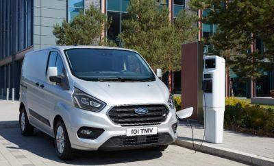 • Η Ford αναπτύσσει έναν έξυπνο αλγόριθμο που θα μπορεί να υποστηρίξει, κυρίως στις πόλεις, την εκτενέστερη χρήση ηλεκτρικών οχημάτων αναγνωρίζοντας τα ιδανικά σημεία για την εγκατάσταση σταθμών φόρτισης • Μέσω της προσέγγισης αυτής, η οποία είναι βασισμένη σε δεδομένα που έχουν συλλεχθεί ύστερα από οδήγηση άνω του 1 εκατομμυρίου χιλιομέτρων, η Ford στοχεύει να απαλλάξει τους οδηγούς από την ταλαιπωρία των άσκοπων διαδρομών και το άγχος της αποφόρτισης • Ο σχεδιασμός για την εγκατάσταση των μελλοντικών σταθμών φόρτισης ηλεκτρικών οχημάτων είναι ανάμεσα στα φλέγοντα θέματα της αστικής κινητικότητας που διερευνά η Ford στην Έκθεση Ford City Data Solutions Report Πολλοί ιδιώτες και επαγγελματίες που επιθυμούν να κάνουν στροφή σε ένα πλήρως ηλεκτρικό όχημα εκφράζουν ανησυχίες σχετικά με τη διαθεσιμότητα σταθμών φόρτισης σε καίρια σημεία του οδικού δικτύου. Η Ford επινόησε τώρα μία φιλοσοφία που βάζει τέλος σε τέτοιου είδους προβληματισμούς κάνοντας χρήση δεδομένων μεγάλου όγκου προκειμένου να εντοπιστούν τα ιδανικά σημεία για την εγκατάσταση νέων σταθμών ταχείας φόρτισης. Επιστήμονες της εταιρείας επεξεργάστηκαν τα δεδομένα αυτά -συμπεριλαμβανομένου και του χρόνου στάσεων των αυτοκινήτων- προκειμένου να εντοπίσουν τα πλέον κατάλληλα σημεία ώστε οι οδηγοί να εντάξουν τη φόρτιση στην πορεία των δρομολογίων τους, αντί να είναι υποχρεωμένοι να κάνουν έξτρα διαδρομές, καθυστερώντας την άφιξή τους στον τελικό προορισμό. Μετά από μία ανάλυση σε βάθος στην περιοχή του Μείζονος Λονδίνου, η ομάδα της Ford κατέληξε στο συμπέρασμα ότι η πρόσβαση σε σημεία φόρτισης καθ' οδόν προς τον προορισμό μπορεί να βελτιωθεί σημαντικά με ένα σχετικά μικρό αριθμό στρατηγικά τοποθετημένων σταθμών ταχείας φόρτισης. «Η αξιοποίηση, ανάλυση και εκμετάλλευση των τεραστίων ποσοτήτων δεδομένων που παρέχει η χρήση υφιστάμενων αυτοκινήτων μπορεί να συμβάλλει ουσιαστικά στις ευκολότερες μετακινήσεις στις πόλεις του μέλλοντος», δήλωσε ο John Scott, project lead, City Data Solutions, Ford Mobility. «Εμείς στ