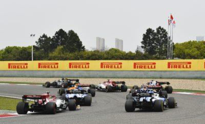 Ο Lewis Hamilton πήρε το προβάδισμα στην πρώτη στροφή και ηγήθηκε του τρίτου 1-2 για τη Mercedes στα πρώτα τρία Grand Prix της σεζόν. Η πλειοψηφία των οδηγών πραγματοποίησε δυο αλλαγές κατά τη διάρκεια του 1000στου αγώνα στην ιστορία της Formula 1. Οι πέντε πρώτοι στην τελική κατάταξη υιοθέτησαν πανομοιότυπη στρατηγική δυο αλλαγών μέσης/σκληρής/μέσης γόμας. Οι θερμοκρασίες ήταν πιο χαμηλές από το αναμενόμενο και αυτό επηρέασε την απόδοση των ελαστικών στον αγώνα. ΚΑΘΟΡΙΣΤΙΚΑ ΣΗΜΕΙΑ • Η τακτική έπαιξε πρωτεύοντα ρόλο στον αγώνα καθεμιά από τις κορυφαίες ομάδες παρατηρούσε προσεκτικά τις υπόλοιπες και αντιδρούσε ανάλογα. • Σε συνέχεια ενός πολύ ζεστού Σαββάτου οι συνθήκες την Κυριακή ήταν πιο κρύες με συννεφιά, θερμοκρασία αέρα στους 21 βαθμούς και θερμοκρασία οδοστρώματος στους 29 βαθμούς. • Σε κάθε σειρά pit stop, η Red Bull του Max Verstappen έμπαινε πρώτη στα pit υποχρεώνοντας τους αντιπάλους της να κάνουν το ίδιο. Οι πέντε πρώτοι στην εκκίνηση είχαν μέση γόμα. Οι ίδιοι τερμάτισαν στις πέντε πρώτες θέσεις με διαφορετική όμως σειρά. • Ο οδηγός της Red Bull, Pierre Gasly που τερμάτισε 6ος ήταν ο οδηγός που βρέθηκε πιο ψηλά απ' όλους όσοι εκκίνησαν με τη μαλακή γόμα. Εκκίνησε 6ος και τερμάτισε 6ος χρησιμοποιώντας όλες τις γόμες (όλες τις γόμες χρησιμοποίησαν άλλοι επτά οδηγοί). Ο Gasly μπήκε για 3η φορά στα pit ένα γύρο πριν το τέλος, έβαλε τη μαλακή γόμα και πήρε το βαθμό του ταχύτερου γύρου. • Ο οδηγός της Toro Rosso, Alex Albon κατάφερε να πάρει τον ένα βαθμό της 10ης θέσης παρότι εκκινούσε από τη γραμμή των pit: Έκανε μια αλλαγή από μαλακή σε σκληρή γόμα (την ίδια στρατηγική ακολούθησε ο οδηγός της Renault, Daniel Ricciardo). ΠΩΣ ΣΥΜΠΕΡΙΦΕΡΘΗΚΕ ΤΟ ΚΑΘΕ ΕΛΑΣΤΙΚΟ • ΣΚΛΗΡΗ C2: Χρησιμοποιήθηκε απ' όλους τους οδηγούς στον αγώνα εκτός από τον Antonio Giovinazzi της Alfa Romeo που εκκίνησε τελευταίος καθότι είχε πρόβλημα στις δοκιμές. Καθότι η θερμοκρασία ήταν χαμηλή, προκλήθηκε φθορά στα εμπρός ελαστικά που επηρέασε την απόδοση περισσότερο απ' ότι στις πιο υψηλές θερμο