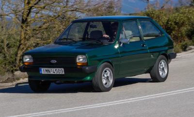 """Το """"Πράσινο Ford Fiesta"""", ο κεντρικός πρωταγωνιστής της διαφορετικής αυτής ιστορίας που θα σας διηγηθούμε στη συνέχεια, δεν είναι ένα απλό Fiesta μιας άλλης εποχής, ένα """"παλιό"""" Fiesta από τις αρχές της δεκαετίας του '80 σαν όλα τ' άλλα. Και αυτό γατί κουβαλά μία μοναδική και γεμάτη αγάπη ιστορία. Μία ιστορία πάθους και αφοσίωσης ενός νεαρού άνδρα από τη χώρα μας, του Λουκά, που πριν πολλά χρόνια… ερωτεύτηκε το πρώτο του αυτοκίνητο! Για όλους τους ανθρώπους, άλλωστε, πίσω από κάθε αγορά ενός αυτοκινήτου, πάντα υπάρχει μια ιστορία αγάπης - μικρή ή μεγάλη. Βλέπετε, το αυτοκίνητο, ένα σύμβολο του σύγχρονου πολιτισμού μας, ήταν και παραμένει μέχρι και σήμερα ένα """"ζωντανό"""" και """"ενεργό"""" μέλος της ελληνικής οικογένειας. Μαζί του περνάμε μία ολόκληρη ζωή, μαζί του μοιραζόμαστε χαρές, λύπες, στενοχώριες, αποτυχίες και επιτυχίες, ζώντας """"δίπλα"""" του πολλές μικρές ή μεγάλες καθημερινές ιστορίες. Όλα ξεκινούν από τη στιγμή που θα ονειρευτούμε ότι γίνεται δικό μας, ότι το οδηγούμε, ότι το φροντίζουμε. Ποιος, στ' αλήθεια, είναι αυτός που δεν θυμάται το πρώτο του αυτοκίνητο με νοσταλγία; Ο Λουκάς, ο πρωταγωνιστής του διαφορετικού αυτού """"Love Story"""", έχει να μας πει μία διαφορετική ιστορία που φαντάζει με όνειρο και σίγουρα αξίζει να ακούσει κανείς. Μια ιστορία μοναδική, αλλά συγχρόνως και διαφορετική σε σχέση με όλες τις άλλες. Το """"Πράσινο Ford Fiesta"""" κατασκευάστηκε τον Μάρτιο του 1981 και ταξινομήθηκε για πρώτη φορά στη χώρα μας στις 13 Μαΐου της ίδιας χρονιάς. Ο """"δικός"""" μας Λουκάς το αγόρασε πολύ αργότερα, και συγκεκριμένα τον Ιούνιο του 1999, από μια μάντρα παλιών αυτοκινήτων, έναντι του ποσού των 400.000 δραχμών. Την κίνηση στον τετράτροχο… έρωτα του πρωταγωνιστή μας παρέχει ένας προηγμένο για την εποχή του 4κύλινδρος κινητήρας με χωρητικότητα 1.117 κυβικών εκατοστών και μέγιστη ισχύ 40 ίππων, ο οποίος συνεργάζεται με μηχανικό κιβώτιο ταχυτήτων με 4 μόλις σχέσεις. Άλλες εποχές, βλέπετε, όχι κατά ανάγκη """"υποδεέστερες"""" των σημερινών. Άλλωστε, ο… έρωτας χρόνια δεν κοιτά! Η ιστορία"""