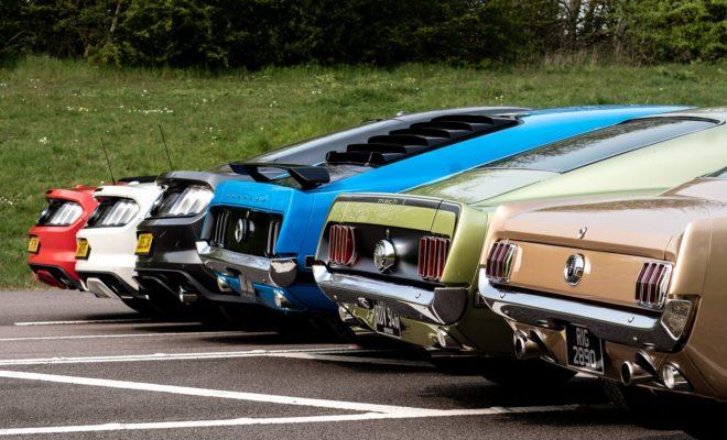 """Παρά το γεγονός ότι η διάθεση της θρυλικής Mustang στην Ευρώπη ξεκίνησε επίσημα το 2015, ο έρωτας της Γηραιάς Ηπείρου για το εμβληματικό muscle car της Ford - που σήμερα γιορτάζει 55 χρόνια παραγωγής - χρονολογείται ήδη από το έτος γέννησής του, το 1964. Από τότε, η Ford Mustang έχει πρωταγωνιστήσει σε αμέτρητες κινηματογραφικές ταινίες και μουσικά βίντεο με πολλές διασημότητες να την οδηγούν και να την αναδεικνύουν όχι μόνο σε αυτοκινητιστικό θρύλο, αλλά και σε σύμβολο κουλτούρας. Με το πάθος των οπαδών της σε όλο τον κόσμο να παραμένει ασίγαστο, όπως του ανθρώπου με τις 5.000 Mustang και του Mustang man, οι εορτασμοί για την επέτειο των 55 χρόνων πρόκειται να συνεχιστούν και τα επόμενα χρόνια. Ένα ασυνήθιστο κέρασμα γενεθλίων Πώς θα μπορούσε η Mustang να γιορτάσει τα 55α γενέθλιά της; Με μία συμβατική τούρτα ή με κάτι που να ταιριάζει στο σπορ χαρακτήρα της; Τεντώστε λοιπόν τ' αυτιά σας και ίσως να ακούσετε ακόμα και τις εξατμίσεις που παίρνουν μέρος στο πάρτι με μία εκδοχή του κλασσικού τραγουδιού """"Happy Birthday"""", εμπνευσμένου από την ηχητική απόδοση του V8 κινητήρα. Παρακολουθήστε το βίντεο εδώ: https://www.youtube.com/watch?v=FRZobCOF3jw&feature=youtu.be Κατασκευή LEGO Creator Mustang Το τελευταίο μοντέλο της σειράς LEGO's Creator είναι μία Ford Mustang του 1967, που περιλαμβάνει πάνω από 1.400 κομμάτια προσφέροντας συγχρόνως και πολλές επιλογές εξατομίκευσης. Με λεπτομέρειες όπως ο πίσω άξονας που μπορεί να ανασηκωθεί με γρύλλο και ο κινητήρας κάτω από το ανοιγόμενο καπό, το μοντέλο αποτελεί μία μεγάλη πρόκληση για τους φανατικούς φίλους της Mustang και των LEGO. Η Ford το δοκίμασε, αποτυπώνοντας την τετράωρη κατασκευή του σε ένα ειδικό time-lapse βίντεο. Παρακολουθήστε το βίντεο εδώ: https://youtu.be/lFurSgBFaJc Παγκόσμια Συνάντηση Αυτοκινήτων Στις εγκαταστάσεις της Ford στη Μ. Βρετανία και τη Γερμανία, την Τετάρτη 17 Απριλίου, ακριβώς 55 χρόνια από την επίσημη εμπορική κυκλοφορία της Ford Mustang, ιδιοκτήτες Mustang συναντήθηκαν στα πλαίσια των εορταστικών """