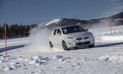 Το Νέο Corsa στην τελική ευθεία: Οι παραγγελίες ξεκινούν το καλοκαίρι και οι πρώτες παραδόσεις το Φθινόπωρο. Κέντρο Δοκιμών στον Αρκτικό Κύκλο - Σουηδία: Άνθρωποι και μηχανές, στους -30oC: Κέντρο δοκιμών στο Dudenhofen - Γερμανία: Ρυθμίσεις πλαισίου. Σημείο ισορροπίας η οδική συμπεριφορά και η άνεση Εργαστήριο Ηλεκτρομαγνητικής Συμβατότητας (EMC) στο Rüsselsheim: Αντοχή στα ηλεκτρομαγνητικά κύματα Το Opel Corsa προετοιμάζεται πυρετωδώς για το λανσάρισμά του το Φθινόπωρο. Το νέο μοντέλο δημιουργήθηκε με τη βοήθεια των πλέον σύγχρονων, εξελιγμένων και αποδοτικών μεθόδων εικονικής εξέλιξης και τώρα είναι η στιγμή για τους μηχανικούς της Opel να το δοκιμάσουν σε πραγματικές συνθήκες στις δικές τους «παιδικές χαρές». Από τον Ιανουάριο, οι μηχανικοί όλων των ειδικοτήτων – πλαισίου, κινητήρα, ηλεκτρονικών, φωτισμού – εκμεταλλεύονται τον μακρύ αρκτικό χειμώνα της Σουηδικής Λαπωνίας για εντατικές δοκιμές σε εξαιρετικά χαμηλές θερμοκρασίες, σε παγωμένες λίμνες και δρόμους καλυμμένους με χιόνι. Ταυτόχρονα οχήματα προ-παραγωγής δοκιμάζονται σε ειδικές πίστες στο Κέντρο Δοκιμών του Rodgau-Dudenhofen, ενώ στα εργαστήρια στο Rüsselsheim υποβάλλονται σε εκτενείς ελέγχους ηλεκτρομαγνητικής συμβατότητας. «Κατά τη διάρκεια εξέλιξης της επόμενης γενιάς Corsa, δώσαμε ιδιαίτερη σημασία στην αύξηση της απόδοσης» δήλωσε ο Thomas Wanke, Παγκόσμιος Επικεφαλής Μηχανικός Εξέλιξης και Επιδόσεων Οχήματος, ο οποίος εργάζεται για τρίτη φορά στην καριέρα του στην ανάπτυξη μιας νέας γενιάς Corsa. «Το νέο μοντέλο είναι σημαντικά ελαφρύτερο, που σημαίνει μειωμένη κατανάλωση και αυξημένη απόλαυση. Όπως συνέβη και με τις προηγούμενες γενιές του Corsa, το πλαίσιο εξελίχθηκε σε διαφορετικά οδοστρώματα ανά την Ευρώπη αλλά και στους Γερμανικούς αυτοκινητόδρομους (autobahn), ώστε να προσφέρει στον οδηγό τον ιδανικό συνδυασμό ασφάλειας, άνεσης και απόλαυσης.» Οι πελάτες μπορούν να προσβλέπουν σε ένα πολύ διασκεδαστικό και αποδοτικό Corsa. Χάρη στη χρήση υλικών χαμηλού βάρους (lightweight engineering), η νέα γ