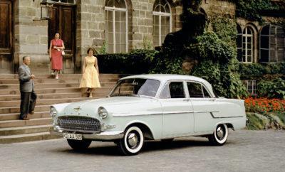 """Η Opel εξελίσσει και κατασκευάζει αυτοκίνητα από το 1899. Από την πρώτη μέρα, το σλόγκαν της ήταν «Εκδημοκρατισμός κορυφαίων τεχνολογιών προσιτών σε όλους.» Οδηγούμενη από αυτή τη δέσμευσή της, η κατασκευάστρια αυτοκινήτων γιορτάζει φέτος """"120 Χρόνια Παραγωγής Αυτοκινήτων Opel"""". Στο πέρασμα των δεκαετιών, η Opel έχει λανσάρει πολυάριθμες τεχνικές εξελίξεις και τις έχει κάνει προσιτές στο ευρύ κοινό. Μεταξύ αυτών είναι αποδοτικοί κινητήρες και εξελιγμένα πλαίσια, καθώς και προηγμένα συστήματα υποβοήθησης. Ταυτόχρονα, η Opel έχει κάνει την άνεση οδηγών και επιβατών κορυφαία προτεραιότητα. Άλλωστε, το ζητούμενο, πέρα από οτιδήποτε άλλο είναι ένα άνετο και ξεκούραστο ταξίδι. Τα καθίσματα παίζουν ζωτικό ρόλο, ως η διεπαφή μεταξύ ανθρώπου και μηχανής. Κατά συνέπεια, η Opel εστίασε στην εξέλιξη των καθισμάτων από τα πρώτα στάδια, καθώς τα καθίσματα με τέλειο εργονομικό σχήμα αυξάνουν όχι μόνο την άνεση αλλά και την ασφάλεια. Και τα δύο θέματα βρίσκονται στην κορυφή της ατζέντας του Γερμανού κατασκευαστή από την εποχή που λανσάρισε τα πρώτα αυτοκίνητα – μάλιστα, το 1899 Opel """"Patentmotorwagen"""" διέθετε ήδη δερμάτινα καθίσματα. Η λίστα με τα ορόσημα των καθισμάτων στα 120 χρόνια μηχανολογίας Opel ξεκινά με τη διαμήκη ρύθμιση που πρωτοπαρουσιάστηκε το 1931 και τα θρυλικά ανακλινόμενα καθίσματα του Opel Kapitän, και συνεχίστηκε με τη ρύθμιση ύψους στα Opel Monza και Senator στα τέλη της δεκαετίας του 1970 και το σύστημα καθισμάτων Flex7 στο πρώτο Opel Zafira ακριβώς πριν από 20 χρόνια. Το 2003 το πρώτο εργονομικό κάθισμα με πιστοποίηση Aktion Gesunder Rücken e.V. (Καμπάνια για Πιο Υγιή Πλάτη) έκανε την πρεμιέρα του στην Opel με το Signum. Σήμερα, μοντέλα όπως τα Opel Astra, Opel Insignia και Opel Grandland X μπορούν να παραγγέλνονται με τα βραβευμένα, συνεχώς εξελισσόμενα, εργονομικά ενεργά καθίσματα. Τέλειο παράδειγμα κορυφαίων τεχνολογιών και άνεσης πρώτης κατηγορίας για όλους είναι το Opel Grandland X (κατανάλωση καυσίμου με 1.2 Direct Injection Turbo, 96kW/130hp, εξατάχυτο """
