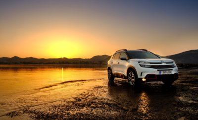 H Citroën με την έλευση του νέου SUV Citroën C5 Aircross σηματοδοτεί την δυναμική διεύρυνση της γκάμας Citroën, στην κατηγορία των SUV. H νέα ναυαρχίδα της μάρκας, εμπνέεται από τις επιθυμίες των πελατών της, προβάλλοντας μια σύγχρονη και δυναμική προσωπικότητα με έντονα χαρακτηριστικά SUV (23εκ. απόσταση από το έδαφος, Grip Control, μεγάλοι τροχοί), με ασύγκριτη άνεση και πολυχρηστικότητα εσωτερικών χώρων. Όντας πρέσβης του προγράμματος Citroën Advanced Comfort®, το νέο SUV Citroën C5 Aircross είναι το πιο εύκολα διαμορφώσιμο και το πιο άνετο μοντέλο της κατηγορίας του. Εφοδιασμένο με την πρωτοποριακή ανάρτηση με Progressive Hydraulic Cushions® και τα μοναδικά καθίσματα Advanced Comfort, προσφέρει μια νέα εμπειρία άνεσης στις μετακινήσεις. Η δυνατότητα διαμόρφωσης του εσωτερικού του, χάρη στα τρία ανεξάρτητα συρόμενα, με ρυθμιζόμενη πλάτη και ανακλινόμενα καθίσματα, είναι ασυναγώνιστη, ενώ στην κατηγορία κορυφαίος είναι ο χώρος αποσκευών, με χωρητικότητα 580 έως 720 λίτρα. Εκτός από την κορυφαία άνεση, τον ειδικό αφρό και το ξεχωριστό design που περιέχουν, τα καθίσματα στο νέο SUV Citroën C5 Aircross προσφέρουν μια σειρά από πλεονεκτήματα: • Έχοντας το ίδιο πλάτος, παρέχουν την ίδια άνεση στους τρεις επιβάτες της δεύτερης σειράς και ο μεσαίος επιβάτης κάθεται το ίδιο άνετα, όπως οι υπόλοιποι • Μετακινούνται μπρος-πίσω κατά περισσότερο από 150 mm, επιτρέποντας την αναδιαμόρφωση της καμπίνας και του πορτμπαγκάζ • Ρυθμίζονται σε κλίση σε πέντε θέσεις (από 19° έως 26,5°) • Αναδιπλώνονται προσφέροντας ένα εντελώς επίπεδο πάτωμα στο χώρο φόρτωσης, χάρη στο πάτωμα δύο επιπέδων του πορτμπαγκάζ • Χάρη στην ανεξάρτητη αναδίπλωση καθισμάτων, δίνεται η δυνατότητα φιλοξενίας 2 παιδικών καθισμάτων με παράλληλη φόρτωση του χώρου αποσκευών με μακριά αντικείμενα Με χώρο αποσκευών - ρεκόρ, που κυμαίνεται από 580 έως 720 λίτρα (δεύτερη σειρά καθισμάτων τοποθετημένη μπροστά) και μέχρι 1.630 λίτρα έως την οροφή (δεύτερη, πλήρως αναδιπλούμενη σειρά καθισμάτων) το νέο SUV Citroën C5 Airc