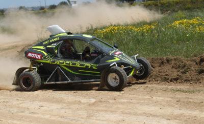 Με απόλυτη επιτυχία κύλισε το πρώτο αγωνιστικό ραντεβού της Speedcar Motul Team Greece στο Track Day που διοργάνωσε χθες η ομάδα των #EKOracingDirtGames στον φιλόξενο χώρο του Ιππόδρομου στο Μαρκόπουλο. Από το σύνολο των 34 συμμετοχών στα Carcross, 14 Speedcar έδωσαν το παρών, ολοκληρώνοντας όλα τις προσπάθειές τους. Η αγωνιστική ομάδα της αντιπροσωπείας της Speedcar, πάντα με την υποστήριξη της Motul, εμφανίστηκε ανανεωμένη και ενισχυμένη με 11 συνολικά συμμετοχές! Η στρατηγική συμμαχία με την SMsport του Λευτέρη Σωτήρχου, και η προσθήκη νέων αγωνιζομένων στην ομάδα, έδειξε ότι τα Speedcar θα είναι και φέτος μία υπολογίσιμη δύναμη στα EKO racing dirt games του 2019. Αξίζει να σημειωθεί πως σε επίπεδο κατάταξης, με βάση τους χρόνους που σημειώθηκαν, 7 Speedcar XTREM υπήρχαν μέσα στην πρώτη δεκάδα! Ο Στέφανος Καμιτσάκης έκανε τον ταχύτερο χρόνο ανάμεσα στις 29 συμμετοχές της κατηγορίας των 600cc, ενώ ο Μπάμπης Γαζετάς δεν άφησε περιθώρια στους, επίσης με Speedcar, συναγωνιστές του, γράφοντας με το καινούργιο του XTREM των 750cc, τον ταχύτερο χρόνο της ημέρας! Την όμορφη, χθεσινή μέρα, εκμεταλλευτήκαν και οι υπόλοιποι οδηγοί της ομάδας, άλλοι για να γνωρίσουν καλύτερα τον αγωνιστικό χώρο που θα διεξαχθεί ο πρώτος αγώνας, και άλλοι για να εξοικειωθούν με τα νέα τους Speedcar. Η Speedcar Greece θέλει να ευχαριστήσει όλους τους οδηγούς των Speedcar για την προτίμησή τους και ανανεώνει το ραντεβού της για τον πρώτο αγώνα, στις 18 & 19 Μαΐου.