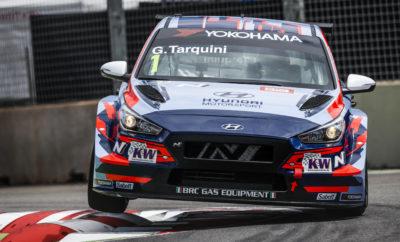 • Ο Πρωταθλητής Gabriele Tarquini βρέθηκε στην κορυφή του βάθρου στον πρώτο αγώνα της σεζόν WTCR - FIA World Touring Car Cup • Ο Luca Engstler κατέκτησε τη νίκη με το i30 N TCR στο ντεμπούτο του στο TCR Asia Το i30 N TCR κατέκτησε τη νίκη στο ξεκίνημα της σεζόν των WTCR - FIA World Touring Car Cup και TCR Asia, χάρη στους οδηγούς Gabriele Tarquini και Luca Engstler αντίστοιχα. Η νίκη του Tarquini αναδεικνύει την απόδοση του i30 N TCR στην έναρξη του WTCR Ο πρωταθλητής Gabriele Tarquini έκανε νικηφόρα εκκίνηση στη σεζόν του WTCR - FIA World Touring Car Cup του 2019 στον αγώνα του Μαρόκου που πραγματοποιήθηκε στις 6-7 Απριλίου 2019. Στο ξεκίνημα του έτους και οι τέσσερεις οδηγοί της Hyundai customers κατάφεραν να κατακτήσουν βαθμούς στον αγώνα του Μαρακές. Στον πρώτο αγώνα της σεζόν η Hyundai ήταν ο μοναδικός κατασκευαστής που κατάφερε όλα του τα αυτοκίνητα να κατακτήσουν θέσεις με βαθμολογική σημασία. Το i30 N TCR κατέκτησε το TCR Asia στο ντεμπούτο του στη Μαλαισία Οι οδηγοί του i30 N TCR κατάφεραν μια δυναμική εκκίνηση με βάθρα και βαθμούς στο ντεμπούτο του αυτοκινήτου στο TCR Asia που πραγματοποιήθηκε στο Sepang International Circuit (5-7 Απριλίου) στη Μαλαισία. Οι Luca Engstler και Théo Coicaud κυριάρχησαν και εξασφάλισαν διακρίσεις στα προκριματικά, τελειώνοντας νικηφόρα τον αγώνα. Στο ντεμπούτο του στο TCR ο Μιράντα κινήθηκε στις πρώτες θέσεις, κατακτώντας τελικά τη 2η θέση. Ο Oriola επίσης κατέκτησε το πρώτο του βάθρο με το i30 N TCR στην Solite Indigo Racing. Αντίστοιχα, ο Coicaud πραγματοποίησε ένα παρόμοιο κατόρθωμα, κατακτώντας την τέταρτη θέση στην καρό σημαία, ανεβάζοντας τον Γάλλο στη δεύτερη θέση της βαθμολογίας.