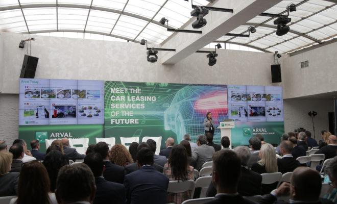 Με κεντρικό σύνθημα «Η Επόμενη Ημέρα του Car Operating Leasing» πραγματοποιήθηκε το Meet the Car Leasing Services of the Future την Τετάρτη 15 Μαΐου 2019, στο Balux Prive (στη Γλυφάδα), από την Arval. Στόχος του ξεχωριστού αυτού exclusive event ήταν η ενημέρωση από τους επιλεγμένους ομιλητές και η συζήτηση με το κοινό σχετικά με τις «νέες» τάσεις στον χώρο της Μίσθωσης Αυτοκινήτων καθώς και οι επερχόμενες αλλαγές που αναπτύσσονται στο χώρο της τηλεματικής και της μετακίνησης στην Ελλάδα και στο Εξωτερικό. Tο εν λόγω εγχείρημα κρίνεται άκρως επιτυχημένο, αν λάβουμε υπόψη το δυναμικό «παρών» που έδωσαν 170+ υψηλόβαθμα στελέχη (του κλάδου και όχι μόνο), τα οποία άκουσαν με μεγάλο ενδιαφέρον τις προτάσεις και τις λύσεις της Arval έναντι των τελευταίων trends στη μακροχρόνια μίσθωση οχημάτων, σε συνάρτηση με τις τεχνολογικές εξελίξεις στην αυτοκινητοβιομηχανία, την Εταιρική Κοινωνική Ευθύνη και τις ανάγκες των επιχειρήσεων. Αυτή η εξαιρετικά ενδιαφέρουσα εκδήλωση ξεκίνησε με τον Άκη Λιούνη, Γενικό Διευθυντή της Arval Ελλάδος, να καλωσορίζει τους παρευρισκομένους, κάνοντας, παράλληλα, μια σύντομη αναδρομή στην ιστορία της εταιρείας. Έπειτα, αναφέρθηκε στις σημαντικές επιτυχίες, αλλά και στα μελλοντικά της σχέδια. Μάλιστα, ο ίδιος δήλωσε χαρακτηριστικά: «Ο Όμιλος Arval έχει ήδη δρομολογήσει στρατηγικό σχέδιο, ώστε να είναι έγκαιρα προετοιμασμένος για να υποστηρίξει τους πελάτες της απέναντι στις επερχόμενες μεταβολές», δίνοντας έτσι τον «τόνο» για το τι επρόκειτο να ακολουθήσει. Κάπως έτσι, εξειδικευμένα στελέχη της διεθνούς και εγχώριας αγοράς, καθώς και διακεκριμένοι decision-makers «ανέβηκαν» στο εντυπωσιακό stage του Meet the Car Leasing Services of the Future. Στη συνέχεια, η Angela Montacute, Chief Operating Officer, μέλος της Διοικητικής ομάδας του ομίλου της Arval και Πρόεδρος της Arval Telematics, έκανε μια εισαγωγή στις τάσεις και τις τεχνολογικές εξελίξεις της εποχής (mega-trends). Αξίζει να αναφερθεί ότι η ίδια «στάθηκε» ιδιαίτερα στη συνεισφορά που μπορεί να έ