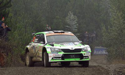 • Οι Kalle Rovanperä - Jonne Halttunen σημείωσαν την πρώτη νίκη στη WRC 2 Pro για τη Skoda Motorsport • Κάνοντας έναν αλάνθαστο αγώνα με τη SKODA Fabia R5 τερμάτισαν στην πρώτη θέση, κερδίζοντας τους Ostberg-Eriksen της Citroën με διαφορά 23,6'' • Η νίκη αυτή είναι ξεχωριστή γιατί έγινε σε έναν αγώνα που μπήκε για πρώτη φορά στο Παγκόσμιο Πρωτάθλημα Ράλι • Επτά Fabia R5 τερμάτισαν μεταξύ δεκαέξι αυτοκινήτων της κατηγορίας WRC 2, αποτυπώνοντας με πολύ εμφατικό τρόπο την κυριαρχία της SKODA Στο Ράλι Χιλής, έναν αγώνα που εμφανίζεται για πρώτη φορά στο καλεντάρι της FIA, όλοι οι αγωνιζόμενοι είχαν να αντιμετωπίσουν το άγνωστο, με όλα τα πληρώματα να ξεκινούν από μηδενική βάση γνώσης καθώς απαγορευόταν κάθε δοκιμή πριν από τον αγώνα. Οι Ειδικές Διαδρομές, ένα μίγμα – όπως οι ίδιοι οι αγωνιζόμενοι δήλωσαν – από τεραίν που θύμιζαν τους αγώνες σε Πορτογαλία και Φινλανδία, εκτείνονταν στο εσωτερικό της χώρας, σε δασικούς δρόμους που χρησιμοποιούνται από βαριά φορτηγά που δραστηριοποιούνται στην υλοτομία. Σε αυτές τις πρωτόγνωρες συνθήκες, η άνετη επικράτηση του Kalle Rovanperä με την ιδιωτικής συμμετοχής SKODA Fabia R5 που έδωσε την πρώτη νίκη φέτος στην ομάδα της SKODA Motorsport στην κατηγορία WRC 2 Pro, αποκτά ιδιαίτερη σημασία, τόσο για τον 18χρονο Φινλανδό που οδήγησε αλάνθαστα σε έναν απαιτητικό αγώνα με έντονο συναγωνισμό, όσο και για την SKODA Motorsport η οποία του «έδωσε» ένα άρτια προετοιμασμένο αυτοκίνητο τόσο σε επίπεδο δυνατοτήτων, όσο και αξιοπιστίας. Οι Kalle Rovanperä και Jonne Halttunen, όπως και τα υπόλοιπα πληρώματα δεν είχαν καμία προηγούμενη εμπειρία από τις Ειδικές Διαδρομές και έπρεπε να προετοιμάσουν τις σημειώσεις τους για τον αγώνα από ένα λευκό κομμάτι χαρτιού. Χωρίς δυνατότητα για τέλεια ρύθμιση του αυτοκινήτου, παντελή έλλειψη γνώσης σχετικά με την απόδοση και τη φθορά των ελαστικών, αλλά και μεγάλους κινδύνους που επεφύλασσαν οι στενοί συχνά δασικοί δρόμοι, ξεπέρασαν τον εαυτό τους και εκμεταλλευόμενοι τις δυνατότητες της SKODA Fabia R5, ήταν 