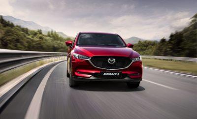 """• Η Mazda επανέρχεται στις πωλήσεις αυτοκινήτων στην ελληνική αγορά με συνεργάτη τον Όμιλο Συγγελίδη • Οι πωλήσεις θα ξεκινήσουν με τα εγκαίνια ενός καταστήματος- ναυαρχίδα στην Αθήνα αυτό το καλοκαίρι Αθήνα, 2 Μαΐου 2019. Η Mazda ανακοίνωσε σήμερα ότι, μαζί με τον συνεργάτη της τον Όμιλο Συγγελίδη θα ξεκινήσει τις πωλήσεις νέων οχημάτων στην Ελλάδα αργότερα αυτό το χρόνο. Ξεκινώντας με τα εγκαίνια ενός καταστήματος-ναυαρχίδα στα νότια προάστεια της Αθήνας αυτό το καλοκαίρι, οι Έλληνες οδηγοί θα έχουν την ευκαιρία να ζήσουν την εμπειρία των τελευταίας σειράς αυτοκινήτων της Mazda, συμπεριλαμβανομένου του ολοκαίνουριου Mazda3, του Mazda MX-5, του κορυφαίου σε πωλήσεις διθέσιου roadster στον κόσμο, και του ηγέτη της κατηγορίας του, του Mazda CX-5 SUV. O David McGonigle, Regional Director της Mazda Central and South East Europe, δήλωσε: """"Είμαστε πραγματικά ενθουσιασμένοι με την έναρξη πωλήσεων των νέων μας οχημάτων στην Ελλάδα. Τα τελευταία χρόνια λαμβάναμε συνεχώς αιτήματα από ενδιαφερόμενους καταναλωτές για να κάνουμε τα αυτοκίνητά μας ξανά διαθέσιμα στην Ελλάδα και τώρα πιστεύουμε ότι είναι η κατάλληλη στιγμή. Στον Όμιλο Συγγελίδη βρήκαμε έναν τοπικό συνεργάτη υψηλών προδιαγραφών, που κατανοεί το brand μας και θα διασφαλίσει μια επιτυχημένη επάνοδο σε μια αγορά, όπου η Mazda έχει μια μακρά ιστορία"""". Ο κ. Πολύχρονης Συγγελίδης, επικεφαλής των επιχειρήσεων Συγγελίδη σχολίασε: """"Είμαστε πολύ ευτυχείς που η Mazda επέλεξε εμάς για αυτό το εγχείρημα, σε αυτή την σημαντική στιγμή για το brand. Είμαστε βέβαιοι ότι η μακροχρόνια δέσμευσή μας στην επίτευξη μιας ηγετικής θέσης στη εγχώρια αγορά αυτοκινήτου, παρέχοντας έναν ολοκληρωμένο συνδυασμό προϊόντων και υπηρεσιών και μια εμπειρία υψηλής ποιότητας στους πελάτες μας θα επιτρέψουν σε μια νέα γενιά Ελλήνων να ερωτευθούν τα αυτοκίνητα της Mazda."""". H Mazda εισήλθε στην αγορά το 1982, πετυχαίνοντας πωλήσεις άνω των 100.000 οχημάτων στην Ελλάδα. Σήμερα η Mazda διατηρεί ένα δίκτυο 14 εξουσιοδοτημένων συνεργείων, που παρέχουν υπηρε"""