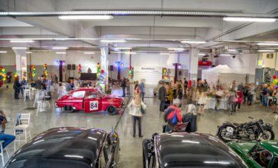 Σε μια επιτυχημένη εκδήλωση, που πραγματοποιήθηκε την Τετάρτη 15 Μαΐου 2019 στο Πανελλήνιο Athens Experience Car Services με μεγάλη προσέλευση δημοσιογράφων και καλεσμένων, έγιναν τα εγκαίνια του ιστορικού αυτού σταθμού αυτοκινήτων στην περιοχή του Μεταξουργείου. Ο σταθμός «Πανελλήνιο» που κλείνει φέτος 61 χρόνια ζωής, επιστρέφει στην αρχική του μορφή όπως ακριβώς ήταν τότε και επανασυστήνεται στο κοινό ως Πανελλήνιο Athens Experience Car Services. Στην εκδήλωση που ξεκίνησε το πρωί με δημοσιογραφική παρουσίαση, παρευρέθηκαν εκπρόσωποι των media από τον κλάδο του αυτοκινήτου και του lifestyle, οι οποίοι είχαν την ευκαιρία να γνωρίσουν την ιστορία του σταθμού από το ξεκίνημά του μέχρι και σήμερα. Την παρουσίαση και ξενάγηση έκανε ο κ. Νικόδημος Βουδούρης, επικεφαλής της ομάδας της ΠΛΑΤΑΙΩΝ Α.Ε. που ανέλαβε την ανακατασκευή και επαναλειτουργία του σταθμού. Τους δημοσιογράφους περίμενε μια ευχάριστη έκπληξη, καθώς τον λόγο πήρε στη συνέχεια ο γνωστός οδηγός αγώνων και συλλέκτης αυτοκινήτων, Αντώνης Τζεν. Ο κ. Τζεν τους «ταξίδεψε» αρχικά με τις ιστορίες του πίσω στο χρόνο και στη γοητεία μιας άλλης εποχής, ενώ στη συνέχεια τους κατηύθυνε στον χώρο του γκαράζ όπου τους παρουσίασε τα ιστορικά vintage αυτοκίνητα που φιλοξενούνται στη συλλογή του «Πανελληνίου». Το απόγευμα της ίδιας μέρας, στις 18:00, άρχισαν να καταφθάνουν στον σταθμό φίλοι, συνεργάτες και κάτοικοι από την ευρύτερη περιοχή του Μεταξουργείου και του Κεραμεικού, οι οποίοι περιηγήθηκαν στον χώρο και φωτογραφήθηκαν στα vintage αυτοκίνητα. Στοιχεία στη διακόσμηση που έδιναν άρωμα παλιάς Αθήνας, με γεράνια, βασιλικούς, μπαλόνια και έπιπλα φερ φορζέ «έντυσαν» τον χώρο του γκαράζ, ενώ υπέροχες γεύσεις και μουσικές επιλογές του dj από την εποχή του 1960 ταξίδεψαν όλους τους καλεσμένους στην αυθεντική και γραφική καθημερινότητα εκείνης της εποχής. Με τάση γλυκιάς νοσταλγίας, οι παρευρισκόμενοι αναβιώσαν τη δεκαετία του 1960 και γνώρισαν από κοντά τον ιστορικό σταθμό αυτοκινήτων, που κρατάει σήμερα την αισθητική της 
