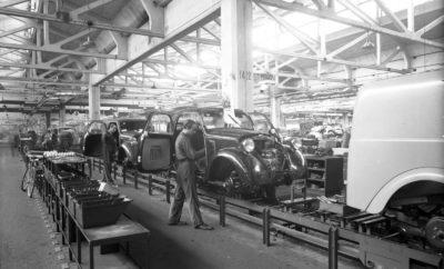 Η Fabbrica Italiana Automobili Torino, γνωστότερη ως Fiat, από την ίδρυση της το 1899 μέχρι και σήμερα παραμένει σταθερά ως μία από τις πλέον καινοτόμες αυτοκινητοβιομηχανίες, παρουσιάζοντας μέσα σε αυτά τα 120 χρόνια λειτουργίας ιδέες που άλλαξαν τον κόσμο του αυτοκινήτου, αλλά και τη ζωή εκατομμυρίων ανθρώπων. Με την ίδρυση της τον Ιούλιο του 1899, η Fiat κατέκτησε πολύ γρήγορα ηγετική θέση στο χώρο της αυτοκινητοβιομηχανίας, η οποία πραγματοποιούσε τότε τα πρώτα της βήματα. Η συνεχής αναζήτηση νέων ιδεών, η εφαρμογή πρωτοποριακών λύσεων και πάνω απ' όλα η εστίαση στον εκδημοκρατισμό της αυτοκίνησης, παρέχοντας έξυπνες και προσιτές λύσεις για όλους, αποτέλεσαν τα χαρακτηριστικά που καθιέρωσαν τη Fiat στην παγκόσμια αγορά. Μέσα στα 120 χρόνια ιστορίας της μάρκας μια σειρά μοντέλων, αλλά και εξελίξεων σε όλους τους τομείς της λειτουργίας της έφεραν τεράστιες αλλαγές στο χώρο του αυτοκινήτου, αλλάζοντας ριζικά τη βιομηχανία, αλλά και την καθημερινότητα εκατομμυρίων ανθρώπων. Δώδεκα σημεία αναφοράς στην ιστορία της Fiat και της αυτοκίνησης 1) 1900: Σε λιγότερο από ένα χρόνο από την ίδρυση της, η Fiat εγκαινιάζει το πρώτο της εργοστάσιο. Το Corso Dante στο Τορίνο αποτελεί μία από τις πρώτες οργανωμένες μονάδες παραγωγής στο χώρο της αυτοκινητοβιομηχανίας. Το εργοστάσιο από τα πρώτα στάδια της λειτουργίας του με στόχο την εντατικοποίηση της παραγωγής και την βελτιστοποίηση της ποιότητας εφάρμοσε τεχνικές που αποτέλεσαν προπομπούς της γραμμής παραγωγής. 2) 1910: Η Fiat εγκαινιάζει την πρώτη μονάδα παραγωγής της στις Η.Π.Α. Η μάρκα ήδη από το 1901 ξεκίνησε την εξαγωγή αυτοκινήτων εκτός Ιταλίας, ενώ το 1908 μεγάλο μέρος της παραγωγής εξαγόταν στο εξωτερικό, θέτοντας τη βάση για μία παρουσία σε παγκόσμιο επίπεδο, στοιχείο που σήμερα είναι χαρακτηριστικό όλων των μεγάλων αυτοκινητοβιομηχανιών. 3) 1915: Η Fiat σχεδιάζει και κατασκευάζει εξολοκλήρου το πρώτο της αεροσκάφος. Από το 1908 η εταιρεία έχει κατασκευάσει τον πρώτο της κινητήρα για χρήση στην αεροπορία, ενώ με το διθέ