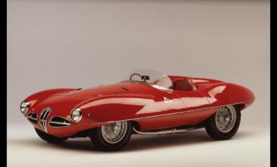 Τα πρωτότυπα της Alfa Romeo αποτελούν αναπόσπαστο κομμάτι της κληρονομιάς της μάρκας. Άλλοτε ως προπομποί νέων μοντέλων, άλλοτε σαν πλατφόρμες νέων τεχνολογιών και άλλοτε ως το αποτέλεσμα του πάθους ταλαντούχων σχεδιαστών να εκφραστούν μέσω του μοναδικού χαρακτήρα της μάρκας, τα πρωτότυπα της Alfa Romeo έχουν γράψει τη δική τους ιστορία αποτελώντας μοναδικά αριστουργήματα σε 4 τροχούς. H Alfa Romeo αποτελεί σημείο αναφοράς στο χώρο του αυτοκινήτου για το σχεδιασμό και την οδηγική απόλυση που προσφέρουν τα μοντέλα της. Από την αρχή της ιστορίας της μέχρι και σήμερα μια σειρά ταλαντούχων σχεδιαστών δημιούργησαν μοντέλα που ξεχώρισαν για την υψηλή αισθητική τους, διαμορφώνοντας παράλληλα μία ισχυρή σχεδιαστική γλώσσα που κάνει άμεσα αναγνωρίσιμο κάθε μοντέλο της μάρκας. Η σχεδιαστική τους αρτιότητα και βεβαίως το γεγονός ότι αποτελούν μοναδικά κομμάτια καθιστούν τα παρακάτω πέντε πρωτότυπα της Alfa Romeo αριστουργήματα ανυπολόγιστης αξίας. A.L.F.A. 40/60 HP AERODINAMICA (1913) Μόλις 3 χρόνια από την ίδρυση της και πριν ακόμα αποκτήσει το σημερινό, πλήρες όνομα της, η A.L.F.A. παρουσίαζε το πρωτότυπο 40/60 HP AERODINAMICA. Η Carrozzeria Castagna βασιζόμενη στη 40/60 HP σχεδίασε ένα φουτουριστικό για την εποχή πρωτότυπο που αποτελούσε σπουδή στην αεροδυναμική, έναν τομέα που τότε απασχολούσε πολύ λίγο το χώρο του αυτοκινήτου. Παρά τα όποια λάθη έγιναν λόγω των λιγοστών γνώσεων πάνω σε αυτό το πολύ σημαντικό τομέα, το πρωτότυπο είχε την ικανότητα να αναπτύσσει σημαντικά υψηλότερη τελική ταχύτητα από το μοντέλο παραγωγής και αποτέλεσε την αφετηρία για μία σειρά ερευνών που βοήθησαν στην εξέλιξη της αεροδυναμικής απόδοσης των αυτοκινήτων. Η μοναδική ανακατασκευασμένη A.L.F.A. 40/60 HP AERODINAMICA βρίσκεται στο μουσείο της μάρκας, MUSEO STORICO ALFA ROMEO, στο Μιλάνο (https://www.museoalfaromeo.com) 1900 C52 DISCO VOLANTE (1952) Το 1952 σε συνεργασία με την Carrozzeria Touring η Alfa Romeo δημιουργεί την 1900 C52 DISCO VOLANTE. Εκτός από την εντυπωσιακή εμφάνιση (το όνομα τ