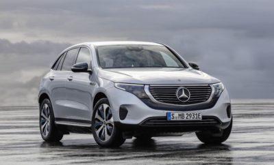 """H Mercedes-Benz στη νέα εποχή της αυτοκίνησης. Δελτίο Τύπου 24 Μαΐου 2019 Η EQC ως προμετωπίδα της νέας μάρκας προϊόντων και τεχνολογίας EQ, αποτελεί την επιβεβαίωση της ολιστικής προσέγγισης που ακολουθεί η Mercedes-Benz σχετικά με την ηλεκτροκίνηση. Με τον τρόπο αυτό, παραμένει συνεπής στο στρατηγικό σχεδιασμό CASE: Connected (διασύνδεση), Autonomous (αυτόνομη οδήγηση), Shared & Services (ευέλικτη χρήση και υπηρεσίες) και Electric (ηλεκτροκίνηση). Με το πρώτο μοντέλο της μεγάλης οικογένειας που δημιουργείται κάτω από την ομπρέλα της EQ, την αμιγώς ηλεκτρική EQC, η Mercedes-Benz συνδυάζει την 133 ετών γνώση αυτοκινητικής μηχανικής με τις μελλοντικές ανάγκες μετακίνησης. Η «πρωτότοκη» νέα Mercedes-Benz EQC (συνδ. ηλ. κατανάλωση: 20.8 - 19.7 kWh/100 km. / συνδ. εκπομπή CO2: 0 g/km) , είναι έτοιμη να δεχτεί παραγγελίες και στη χώρα μας καθώς η παραγωγή της έχει ήδη ξεκινήσει στο εργοστάσιο της Βρέμης. Εκεί, η EQC ενσωματώθηκε στην τρέχουσα γραμμή παραγωγής των C-Class, GLC και GLC Coupé όπου η παραγωγή γίνεται ψηφιακά, ευέλικτα και με απόλυτο σεβασμό στο περιβάλλον. Η νέα Mercedes-Benz EQC αποτελεί το σημαιοφόρο της avant-garde «ηλεκτρικής» εμφάνισης, αφού επιδεικνύει μια πρωτοποριακή, ξεχωριστή αισθητική συμβολίζοντας συγχρόνως την προοδευτική πολυτέλεια, αυτό που στη γλώσσα της μάρκας λέγεται """"Progressive Luxury"""". Με τις καθαρές και άκρως λιτές γραμμές της, γίνεται άμεσα αναγνωρίσιμη ως ηλεκτρικό αυτοκίνητο της Mercedes. Πολλά στοιχεία διάκοσμου, υλικά επένδυσης και χρώματα σχεδιάστηκαν αποκλειστικά για την EQC και υπογραμμίζουν τη μοναδικότητά της, ενώ με τη νέα EQC παρουσιάζεται μια εντελώς νέα εκδοχή της σχεδίασης SUV: η γραμμή της οροφής κλίνει ελαφρώς προς τα κάτω μέχρι το πίσω τμήμα, ώστε να χαρίζει δυναμική εμφάνιση χωρίς να στερεί χώρο πάνω από το κεφάλι για τους πίσω επιβάτες. Σε συνδυασμό με τις εκτεταμένες υπηρεσίες και την αυτονομία 445 - 471 km (NEDC)1 που προσφέρει, καθιστά την ηλεκτροκίνηση άνετη και ιδανική για καθημερινή χρήση και ικανοποιεί υψηλές """