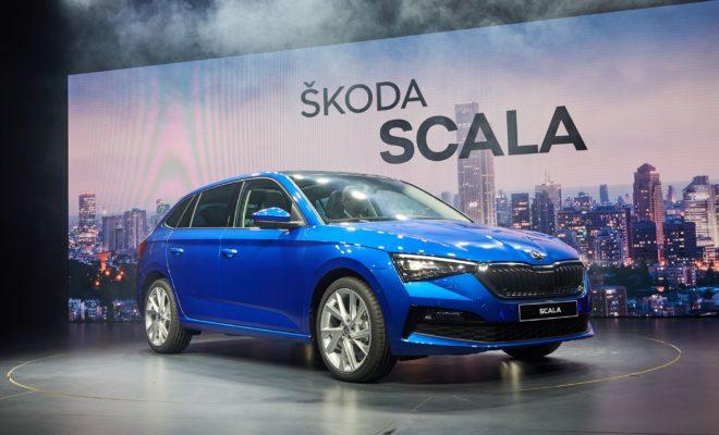 """• Ανακοινώνονται οι προτεινόμενες τιμές πώλησης για το ολοκαίνουργιο SKODA SCALA • Το νέο μοντέλο αντιπροσωπεύει τη θεαματική είσοδο της SKODA στην κατηγορία των πεντάθυρων hatchback • Το SKODA SCALA θα προσφέρεται σε 3 εκδόσεις, με εντυπωσιακό για την κατηγορία επίπεδο εξοπλισμού • Το SKODA SCALA στην έκδοση ACTIVE, με τον κινητήρα 1.0 TSI 95PS έχει προτεινόμενη τιμή λιανικής 14.880 € • Διαθέσιμες και οι εκδόσεις AMBITION και STYLE, με ακόμα πιο πλούσιο επίπεδο εξοπλισμού Η SKODA λάνσαρε πανευρωπαϊκά το νέο SCALA, το ολοκαίνουργιο μοντέλο της στα πεντάθυρα hatchback, με το σλόγκαν Simply Surprising, θέλοντας να δώσει έμφαση στα πρωτόγνωρα δυναμικά και ποιοτικά χαρακτηριστικά που φέρνει το νέο αυτοκίνητο στην κατηγορία. Σε πλήρη αντιστοιχία, η ανακοίνωση των προτεινόμενων τιμών λιανικής του μοντέλου από την KOSMOCAR-SKODA σίγουρα συνοδεύεται από το επιφώνημα Simply Amazing! Το ολοκαίνουργιο SKODA SCALA, στην έκδοση εξοπλισμού ACTIVE, με τον εγνωσμένης αξίας TSI κινητήρα βενζίνης του Group, των 1.000 κ.εκ. με ισχύ 95 ίππους και χειροκίνητο κιβώτιο ταχυτήτων 5-σχέσεων, έχει προτεινόμενη τιμή λιανικής 14.880 €! Αν και πρόκειται για την εισαγωγική έκδοση του μοντέλου, η ACTIVE έχει πλουσιότατο εξοπλισμό. Ενδεικτικά, ανάμεσα σε άλλα, αξίζει να αναφερθούν τα εξής στοιχεία: • Αερόσακοι οδηγού, συνοδηγού, πλευρικοί εμπρός & κεφαλής τύπου κουρτίνας • Μπροστινό σύστημα προειδοποίησης κινδύνου """"FRONT ASSIST"""" με """"City Emergency Brake"""" (αυτόματη πέδηση) και """"Pedestrian Protection"""" (σύστημα αναγνώρισης πεζών) • Σύστημα διατήρησης λωρίδας """"LANE ASSIST"""" • Σύστημα αυτόματης ειδοποίησης ατυχήματος e-call & υπηρεσίες πρόληψης • LED φώτα ημέρας & πορείας, LED φλας ενσωματωμένα στους εξωτερικούς καθρέπτες και πίσω φώτα LED • Κεντρικό κλείδωμα θυρών με τηλεχειρισμό • Ηλεκτρικά παράθυρα εμπρός • Ηλεκτρικά ρυθμιζόμενοι και θερμαινόμενοι εξωτερικοί καθρέπτες • Air conditioning με φίλτρο γύρης • Cruise Control με περιοριστή ταχύτητας • Ηχοσύστημα Πολυμέσων """"SWING"""" με οθόνη αφής 6,5"""" HD + σύν"""