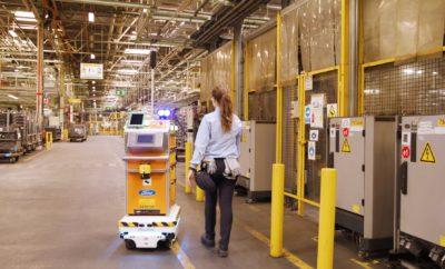 """• Η Ford χρησιμοποιεί ένα αυτόνομο ρομπότ για την παράδοση εξαρτημάτων απευθείας στον κατάλληλο σταθμό εργασίας του εργοστασίου της εταιρείας που βρίσκεται στη Βαλένθια της Ισπανίας • Προγραμματισμένο ώστε να γνωρίζει τη χωροταξική διάταξη της μονάδας, το ρομπότ με το ψευδώνυμο """"Survival"""" αλλάζει διαδρομή στην περίπτωση που συναντήσει εμπόδια στο δρόμο του. Πρόκειται για το πρώτο ρομπότ του είδος του που χρησιμοποιείται σε εγκατάσταση της Ford στην Ευρώπη • Οι δοκιμές που πραγματοποιήθηκαν αποκάλυψαν ότι ο """"Survival"""" εξοικονομεί καθημερινά έως και 40 εργατοώρες επιτρέποντας στους εργαζόμενους να ασχολούνται με πιο σύνθετα καθήκοντα Τα αυτόνομα οχήματα της Ford απέχουν ακόμα μερικά χρόνια από το να γίνουν πραγματικότητα, αλλά ένα μικρό ρομπότ δείχνει κάτι που ήδη είναι εφικτό. Έχοντας το ψευδώνυμο """"Survival"""" - λόγω της ικανότητας προσαρμογής του στο περιβάλλον - το αυτοκινούμενο ρομπότ παραδίδει ανταλλακτικά σε ένα από τα εργοστάσια παραγωγής της Ford έχοντας την ικανότητα όχι μόνο να αποφεύγει εμπόδια και να αλλάζει διαδρομή αν κάτι διακόπτει την πορεία του, αλλά και να σταματά κάθε φορά που είναι απαραίτητο. Έχοντας εξελιχθεί εξολοκλήρου από τους μηχανικούς της Ford, το συγκεκριμένο ρομπότ είναι το πρώτο του είδους του που μπορεί να χρησιμοποιηθεί σε οποιοδήποτε Ευρωπαϊκό εργοστάσιο της εταιρείας. «Το προγραμματίσαμε για να καταγράψει όλη την επιφάνεια του πατώματος του εργοστασίου, ώστε, με τη συμβολή των αισθητήρων, να λειτουργεί αυτόνομα, χωρίς την ανάγκη χειριστών», δήλωσε ο Eduardo García Magraner, engineering manager στο προηγμένο εργοστάσιο (φανοποιείο & τμήμα πρεσών) της Ford στη Βαλένθια της Ισπανίας, όπου και δοκιμάζεται το ρομπότ. «Την πρώτη μέρα, η αντίδραση των εργαζομένων ήταν σαν να έβλεπαν ταινία επιστημονικής φαντασίας, καθώς σταματούσαν και το παρατηρούσαν καθώς περνούσε από δίπλα τους. Τώρα είναι αφοσιωμένοι στα καθήκοντά τους, γνωρίζοντας ότι το ρομπότ είναι αρκετά έξυπνο για να κάνει τη δουλειά του χωρίς να πέσει επάνω τους.» Η παράδοση ανταλλα"""