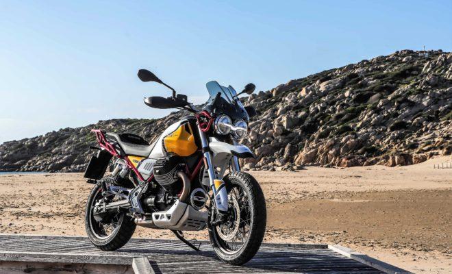 Η Moto Guzzi V85 TT, η πρώτη Classic Enduro, αποτελεί σύνθεση δύο φαινομενικά αντικρουόμενων κόσμων: της λειτουργικότητας enduro και του κλασικού επιβλητικού στυλ. Η V85 TT είναι αφιερωμένη στα συναρπαστικά ταξίδια, στην πιο αγνή και αυθεντική μορφή τους, συνδυάζοντας τα στυλιστικά χαρακτηριστικά της χρυσής εποχής των adventure μοτοσυκλετών με τον τεχνολογικό εξοπλισμό, την απόδοση και τη λειτουργικότητα των σύγχρονων τουριστικών enduro. Απλότητα, ευκολία και πρακτικότητα: αυτές είναι οι θεμελιώδεις αρχές της V85 TT, η οποία απευθύνεται σε όσους αναζητούν μια μοτοσυκλέτα, που θα κεντρίζει το περιπετειώδες πνεύμα τους σε κάθε μικρή ή μεγάλη διαδρομή. Τώρα οι Eagle Days φέρνουν για όλο τον Μάιο, εκπληκτικά πλεονεκτήματα με την αγορά της νέας V85 TT: 4 χρόνια δωρεάν service και 4 χρόνια εγγύηση. Ανακαλύψτε όλες τις λεπτομέρειες της προσφοράς, στην ιστοσελίδα https://www.motoguzzi.com/gr_EL/landing/V85TT/