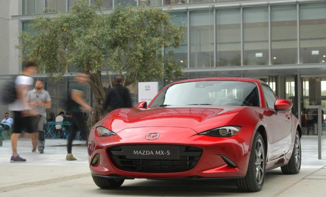 • Η Mazda θα προσφέρει την πλήρη ευρωπαϊκή σειρά μοντέλων της: το Mazda2, το ολοκαίνουριο Mazda3, το Mazda6, το Mazda CX-3, το Mazda CX-5 και το εμβληματικό Mazda MX-5 • Όλα τα αυτοκίνητα εμπεριέχουν την νέα γλώσσα σχεδιασμού KODO: Soul of Motion, τεχνολογίες SKYACTIV και την πλήρη γκάμα συστημάτων ασφαλείας i-ACTIVSENSE • Η αντιπροσωπεία-ναυαρχίδα της Mazda στην Αθήνα θα λειτουργεί από τον Όμιλο Συγγελίδη και θα ανοίξει στις αρχές Ιουνίου. Αθήνα, 23 Μαΐου 2019. Η Mazda έκανε την επίσημη παρουσίασή της στην Αθήνα σήμερα, ξεκινώντας τις λιανικές πωλήσεις οχημάτων της στην Ελλάδα, μαζί με το συνεργάτη της τον Όμιλο Συγγελίδη. Η εκδήλωση διεξήχθη παρουσία στελεχών από το Κέντρο Έρευνας και Ανάπτυξης της Μazda Motor Europe, τον κ. Jo Stenuit, Design Director και τον κ. Hajime Seikaku, Αντιπρόεδρο και Γενικό Διευθυντή, ο οποίος παρουσίασε τη φιλοσοφία design και τεχνολογίας της Mazda στα μέλη του ελληνικού Τύπου. Η ιαπωνική κατασκευάστρια εταιρεία προσφέρει στην Ελλάδα την τελευταία ευρωπαϊκή σειρά μοντέλων της, που συμπεριλαμβάνει το Mazda2, το ολοκαίνουριο Mazda3, το Mazda6, το εμβληματικό Mazda MX-5 καθώς και τα SUV μοντέλα της, το Mazda CX-5 και το Mazda CX-3. Όλα τα αυτοκίνητα χαρακτηρίζονται από την σχεδιαστική γλώσσα ΚODO: Soul of Motion, τεχνολογίες SKYACTIV και πλήρη γκάμα συστημάτων ασφαλείας i-ACTIVSENSE safety. Απευθυνόμενος στους δημοσιογράφους ο κ. David McGonigle, Regional Director Mazda Central & South East Europe, δήλωσε: «Φιλοδοξία του brand της Mazda είναι να τοποθετηθούμε ξεκάθαρα και να διαφοροποιηθούμε από το ανταγωνισμό, δημιουργώντας μοναδική αξία για τους πελάτες. Το brand μας έχει εξελιχθεί σημαντικά τα τελευταία χρόνια και η φιλοδοξία μας είναι να αναπτυχθούμε ακόμα περισσότερο. Προσφέροντας στους πελάτες μας εντυπωσιακά μοντέλα που παρέχουν μια μοναδική ευχαρίστηση οδήγησης, μαζί με after-sales εξυπηρέτηση υψηλής ποιότητας και μια συνολικά μοναδική αγοραστική εμπειρία, ευελπιστούμε να χτίσουμε μια μακροχρόνια σχέση εμπιστοσύνης με το ελληνικό 